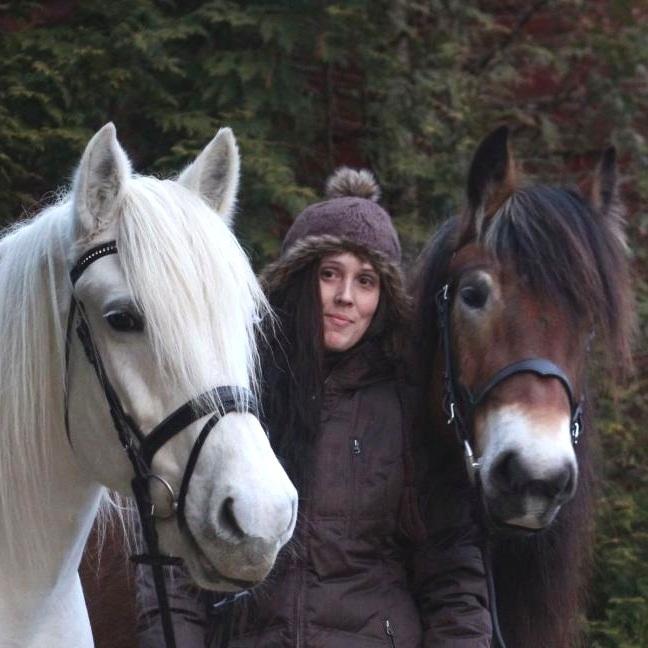 - Lærar hest, valfag og voltigeffhsmo@online.nomona.virtanen@fjordane.fhs.noTilsett sidan 2005Utdanning/erfaring:Ridelærarutdanning ved British Horsesociety stage 1,2,3 & PTT. Hestefaglært, dressurdommar 1 NRYF. Har jobba ved Valnesfjord Helsesportsenter (terapi-riding), rideinstruktør ved stall i England og Sverige. Adjunkt.Hobbyar/interesser:Konkurrert mykje i sprang og feltritt, no blir det mest dressur samt turar med dølahestane sine.