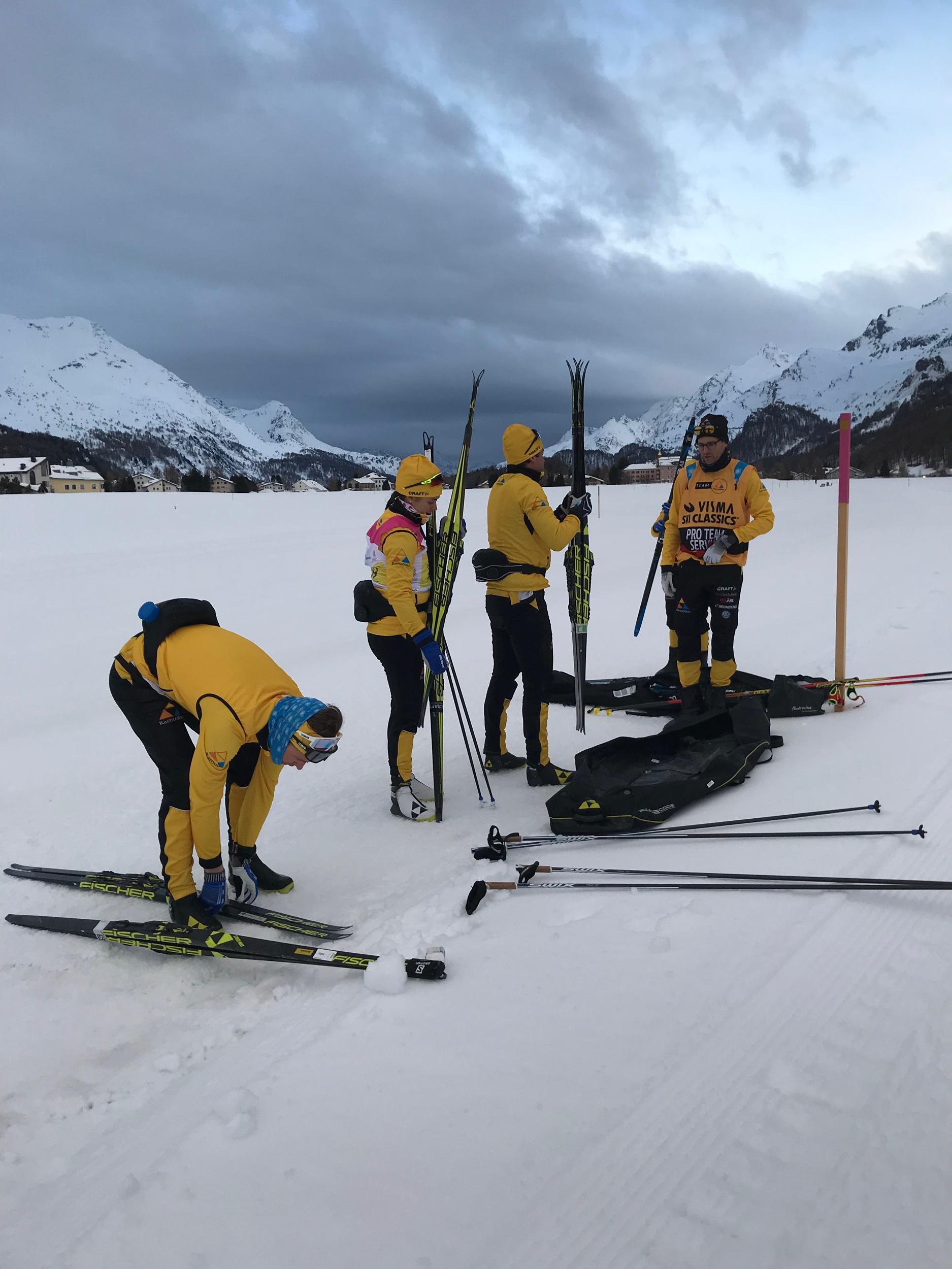 Taggat gäng före start på Engadin Ski Maraton.