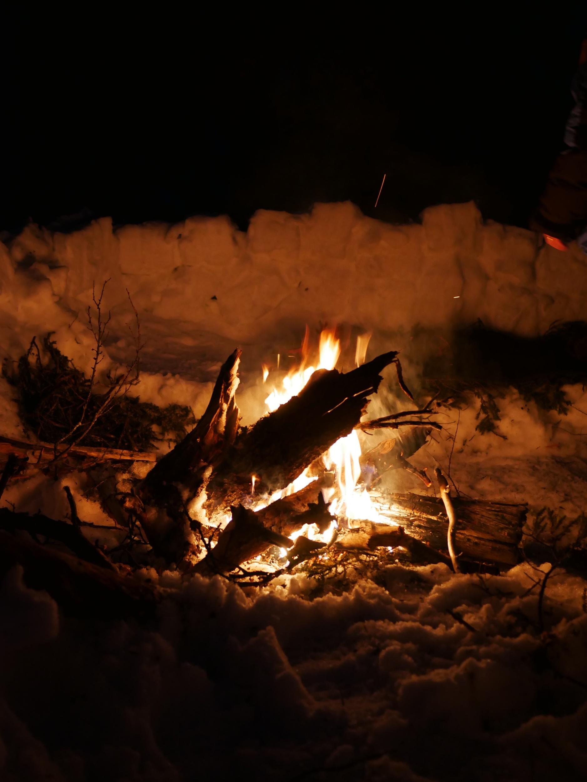 Att sova utomhus. Vid öppen eld.