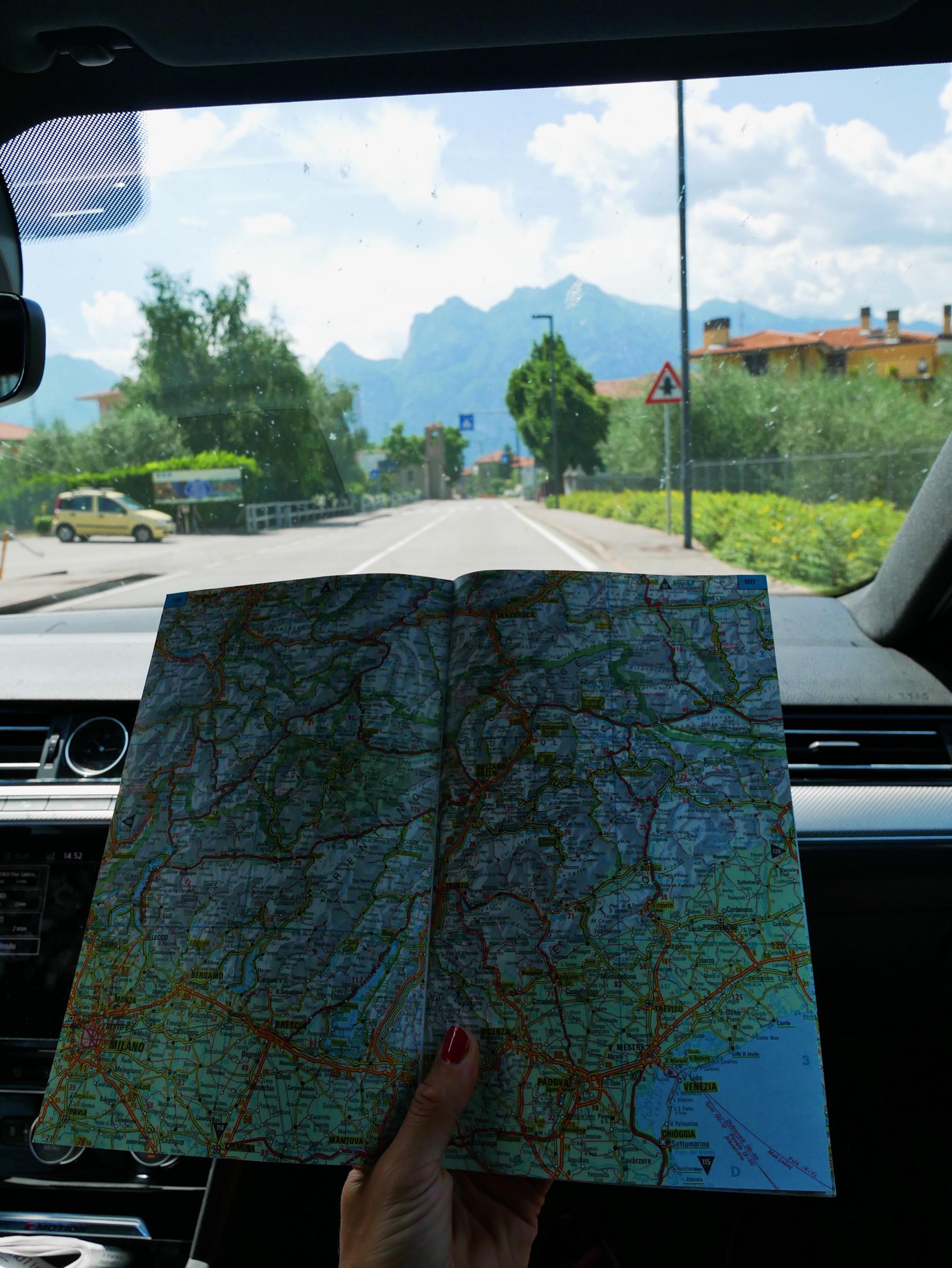 Emil fick en kartbok av en bekant och kunde absolut INTE låta bli att ta med den…