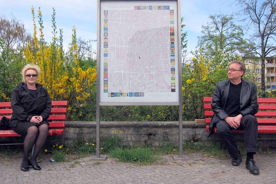 Renata Stih et Frieder Schnock avec une carte de leur projet «Places of Remembrance,» Schöneberg, Berlin, 2013.