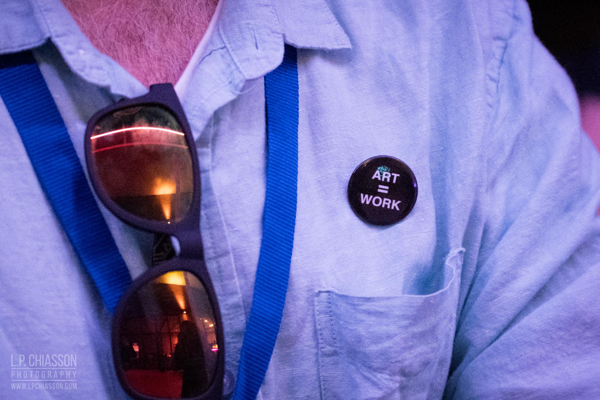 Un délégué lors de la réception d'ouverture portant un badge ART = WORK. Photo: LP Chiasson & Festival Inspire.