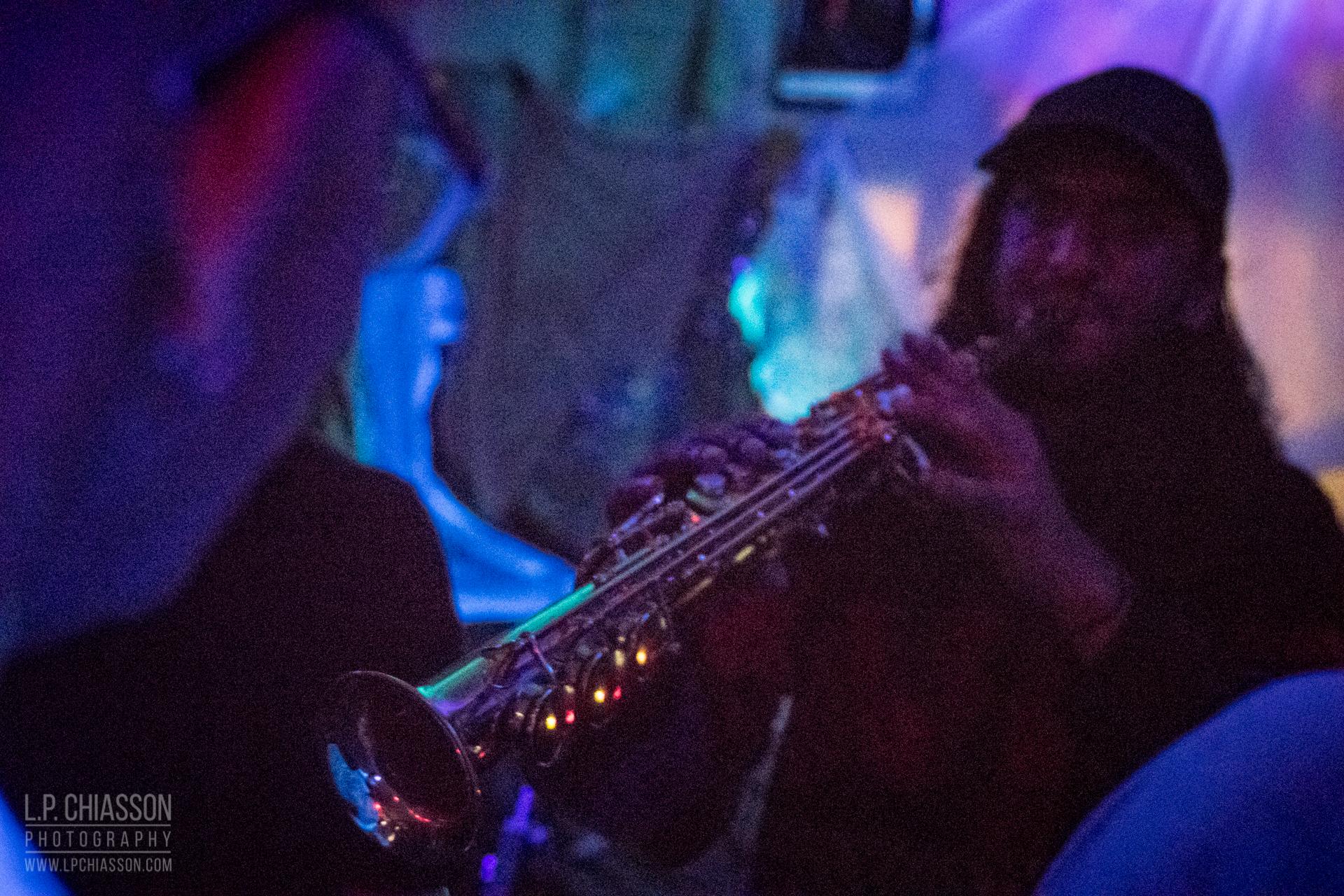 Le set de Nick Dourado à GLAM Cave, coordonné par Russell Louder à Flotilla. Photo: LP Chiasson & Festival Inspire