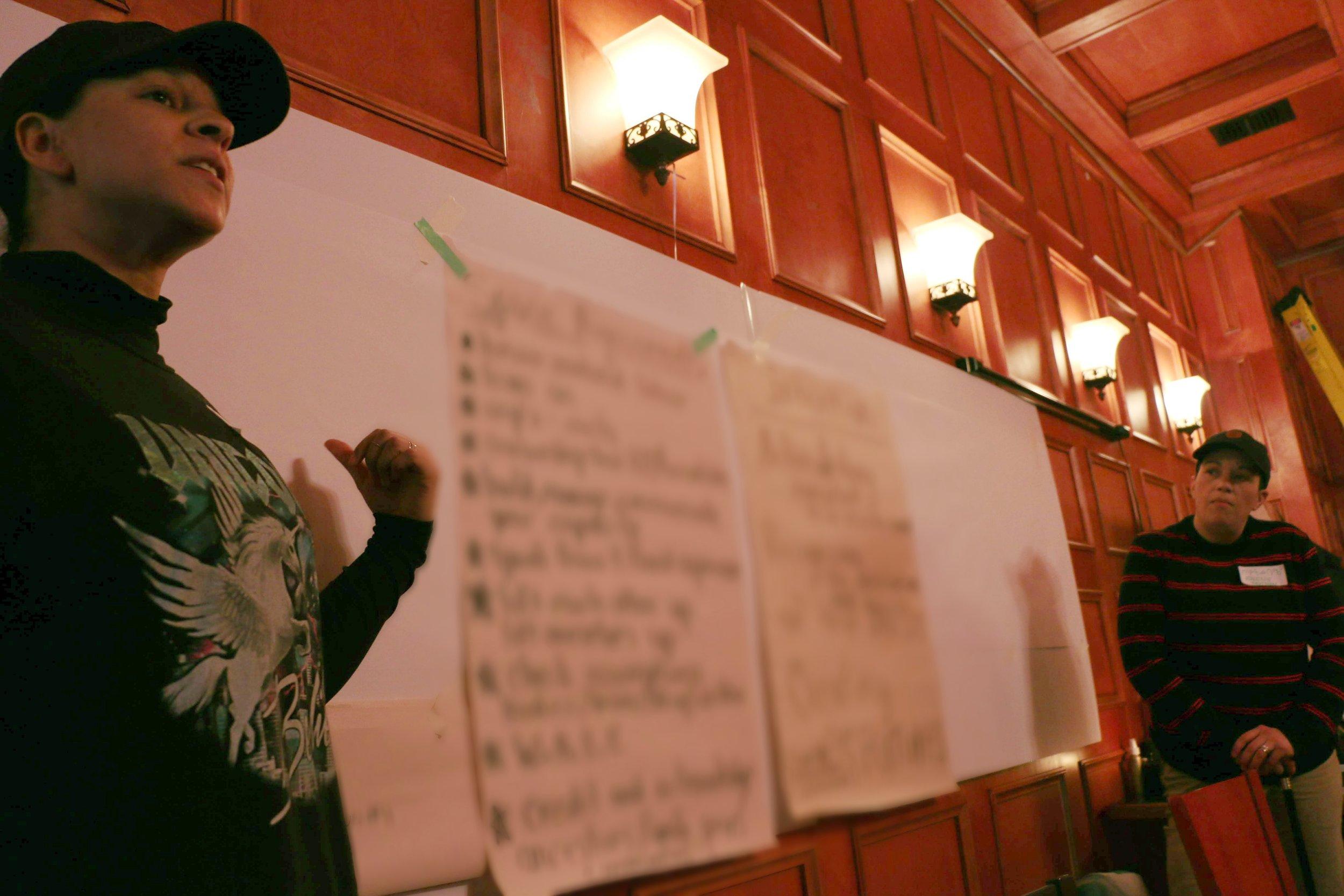 Les animateurs.rices Leelee Davis et Raven Davis développent l'accord spatial avec le groupe. Photo: Glenn Knockwood.