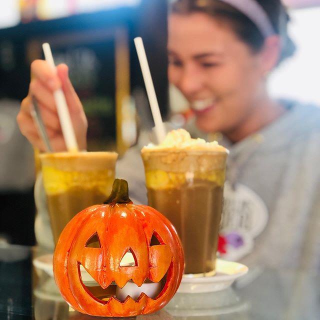Så er der dejlig Pumpkin Spice is-kaffe klar, til efter en smuk gåtur langs kysten🎃🎃🎃 #efterårsferie #pumpkin #kaffe #halloween #bornholmsismejeri