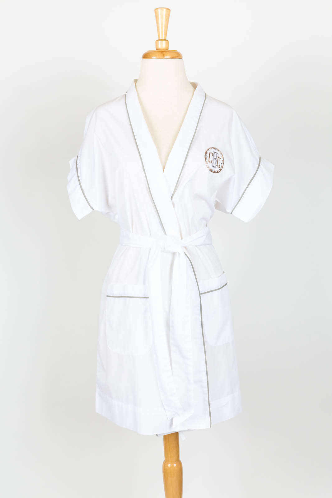 Short Sleeve kimono robe in white poplin with Annabelle Monogram