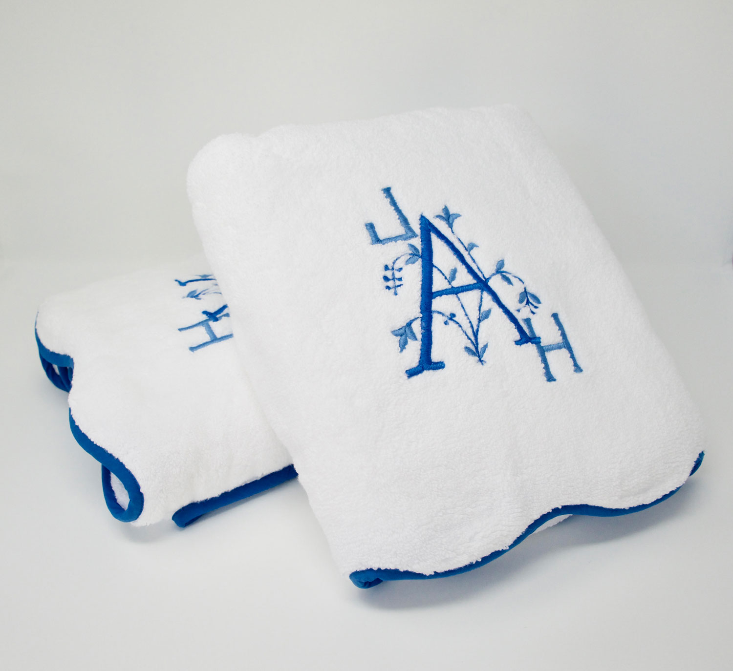 Terry bath towel with scallop edge and Leslie Monogram