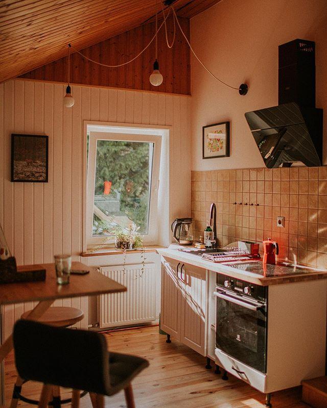 Popłudnia w kuchni Przylesia są wypełnione złotym słońcem ☀️🍁 A u nas cały czas są wolne terminy: 🍄 8-18 października 🍄 28-31 października 🍄 1-15 listopad Zapraszamy na naszą stronę ❤️ Link w bio 🔥 - #przylesie12 #loftnapoddaszu #wkuchni #domwlesie #lubuskie #slonce #noclegi #apartament #turystyka #natura #wakacje2019 #kuchenneinspiracje #jesien2019 #jesien #gorzowwielkopolski #jenin #agroturystyka #dolasu #bliskonatury #laswogrodzie #puszczagorzowska #wypoczynek #blizejnatury