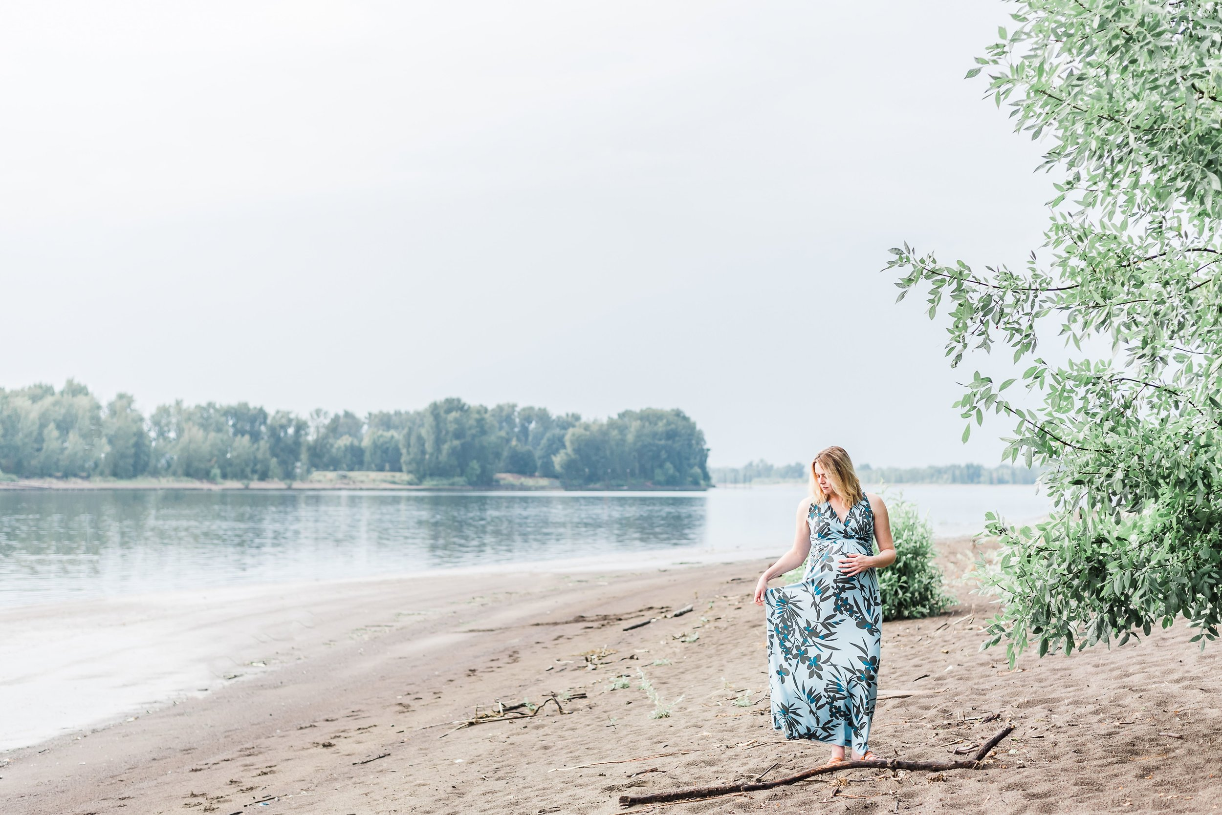 portland maternity photography at kelley point park, portland oregon maternity photos, maternity photoshoot ideas outdoor, maternity photoshoot outfits, maternity photoshoot dress, maternity photoshoot poses mothers, pregnancy photos river