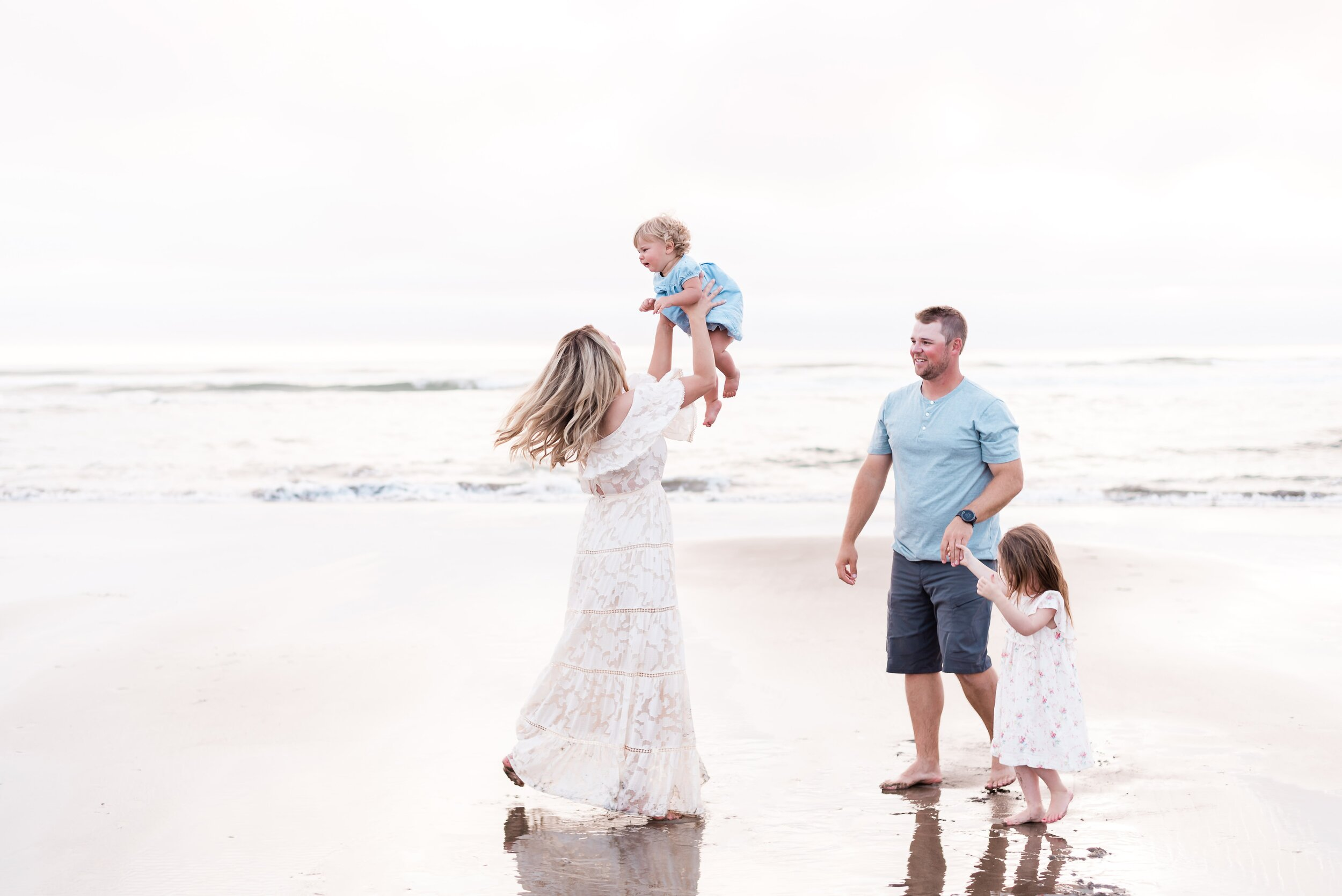 Family photos at the beach in Manzanita, Oregon |Oregon Coast family photographer Elizabeth Hite Photography| Family Beach Photo Ideas