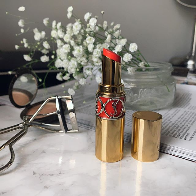 When in doubt, wear your favorite shade.  I tend to go for an orange and red shade. It makes me look more alive and feeling more confident. My current favorite is the orange perfecto from #ysl Rouge Volupte Shine Oil-in-Stick Swatches. I can apply it on lightly for an everyday look. What is your go to shade? 💋