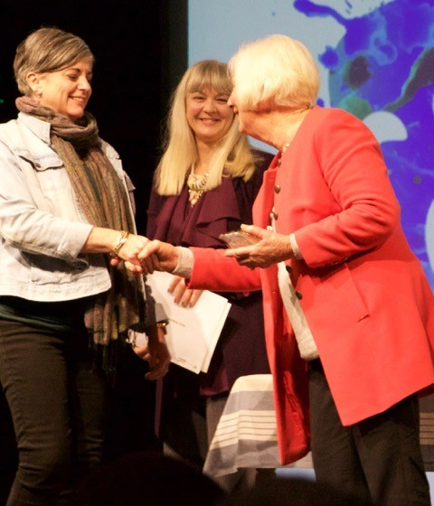Donna Chatfield accepts her Best Performance award from judge, Lyn Serventy