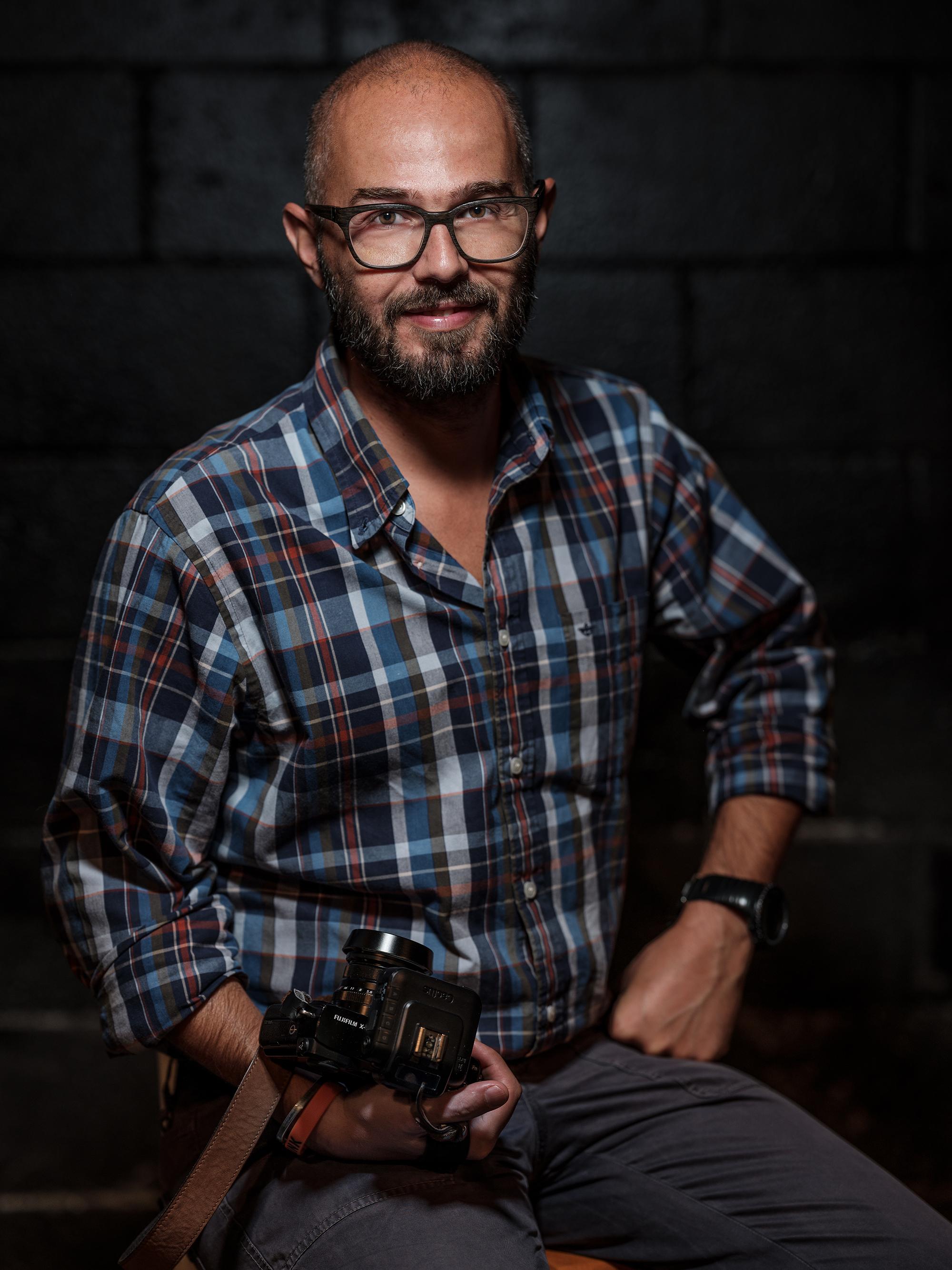 Fotografo professionista dal 2004, ama la fotografia sportiva, è uno dei pochissimi fotografi autorizzati a scattare in volo su aerei militari. Viaggiare per lui è più che una passione: dal reportage sociale alla fotografia industriale, nella vita semplicemente non potrebbe far altro che raccontare storie attraverso le sue immagini.Fujifilm X-Photographer, TESTIMONIAL PER CACTUS . E' l'uomo del movimento. - SIMONE RASO