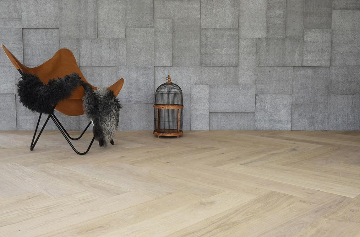 Oak_Classic_Herringbone_NORDIC_brush_waxoil_wall-and-chair-horizontal_RGB – Kopi.jpg