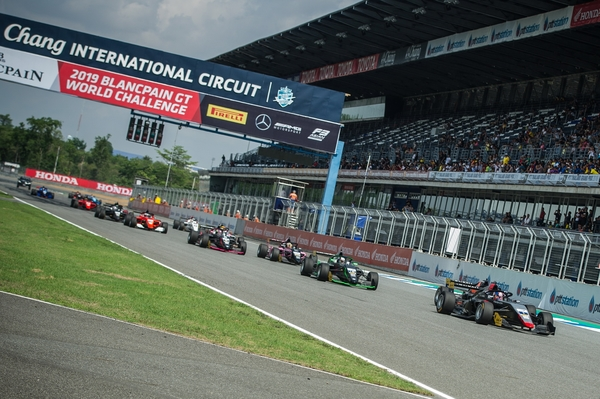 Race 6 gets underway at Chang International Circuit.