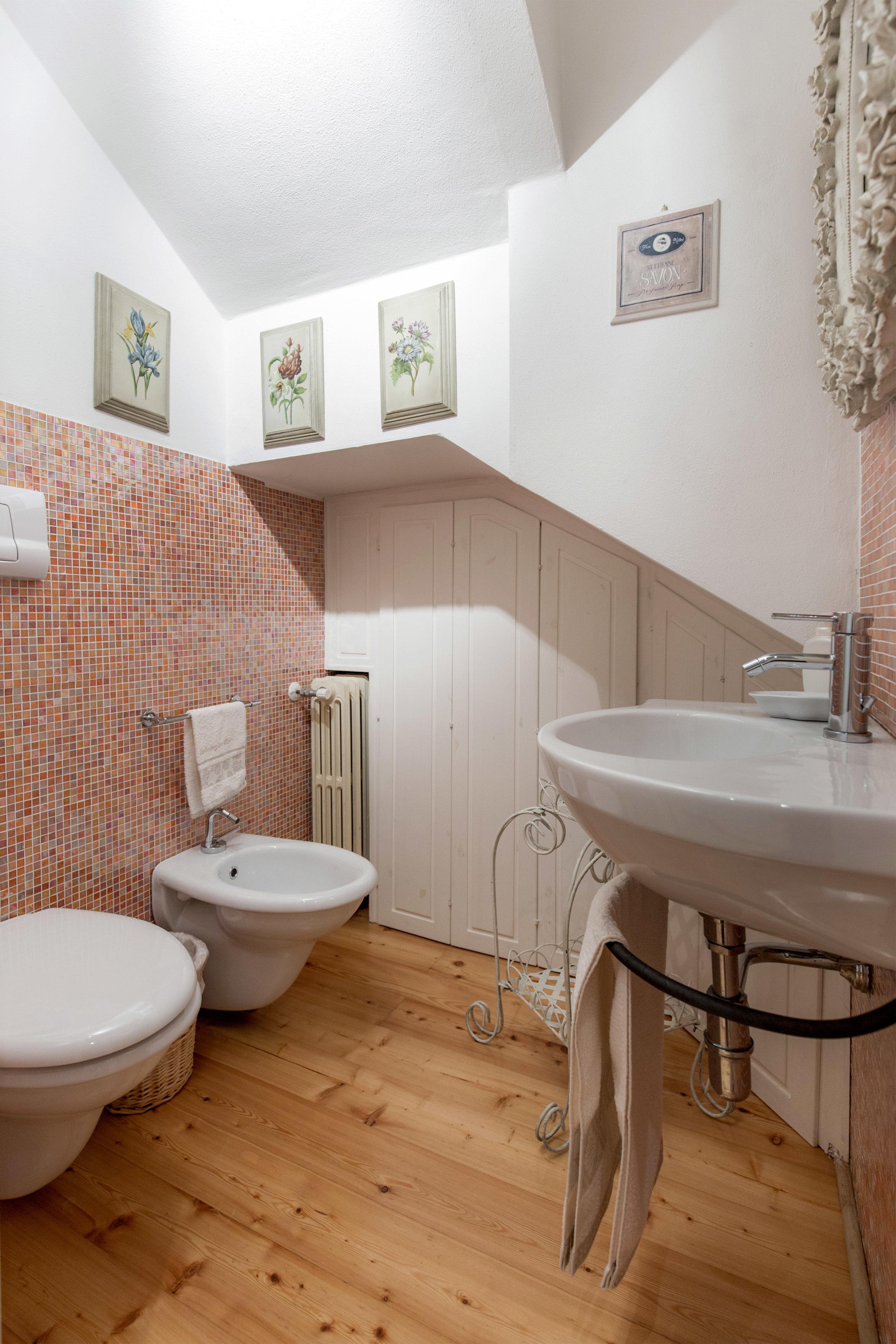 23 bathroom.jpg
