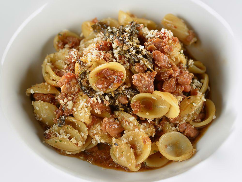 Orecchiette com Friarelli - Um dos mais tradicionais da Púglia, o Orecchiette com Friarelli, linguiça e pimenta pepperoncino é preparado diariamente com autenticidade do sul italiano.
