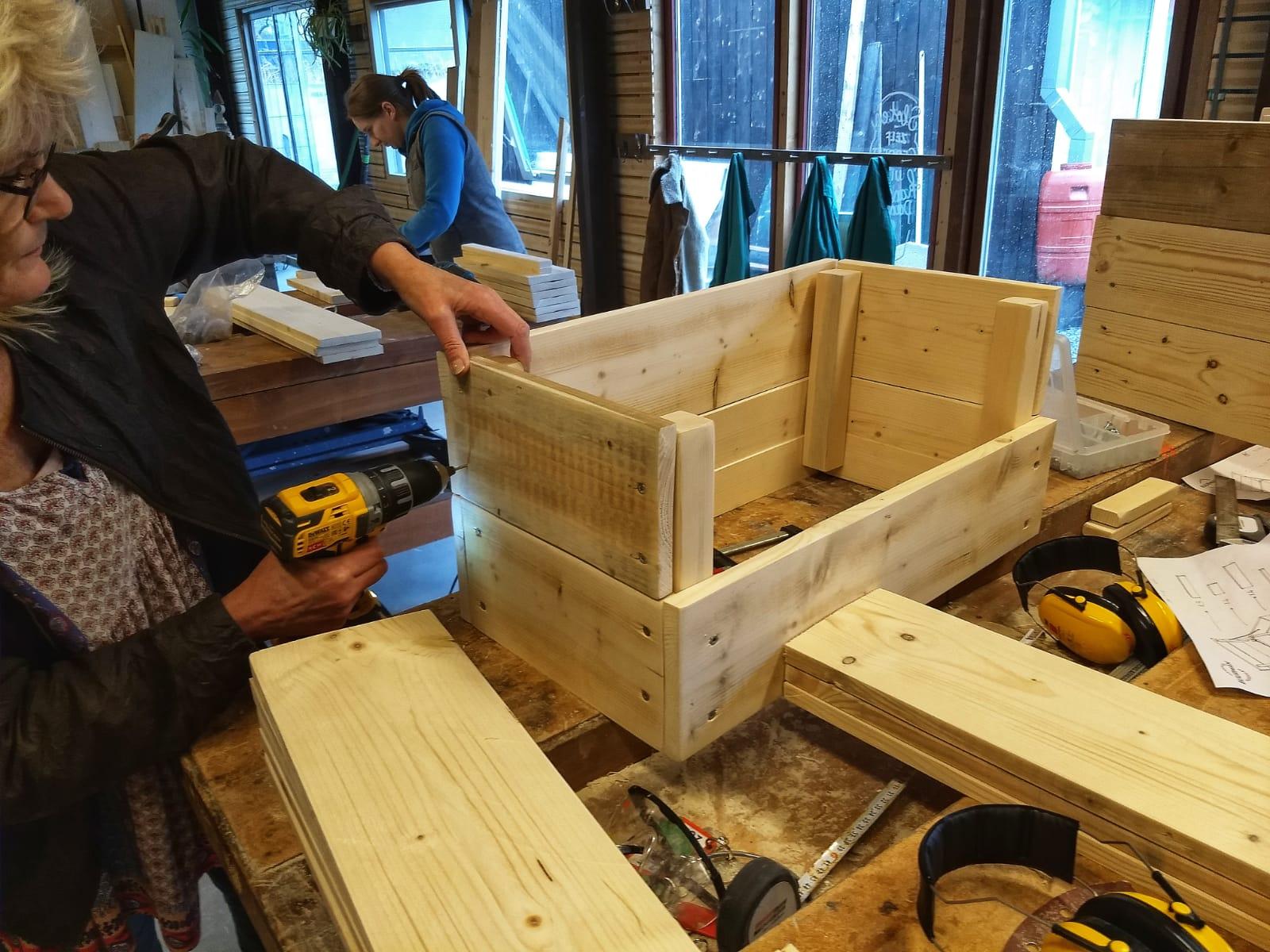 Bouw het zelf - Deze workshop geeft je de vrijheid om zelf te bepalen wat jullie gaan bouwen. Wordt het een plantenbak, koffietafel of loungebank? Wij helpen jullie bouwdroom uit te voeren!