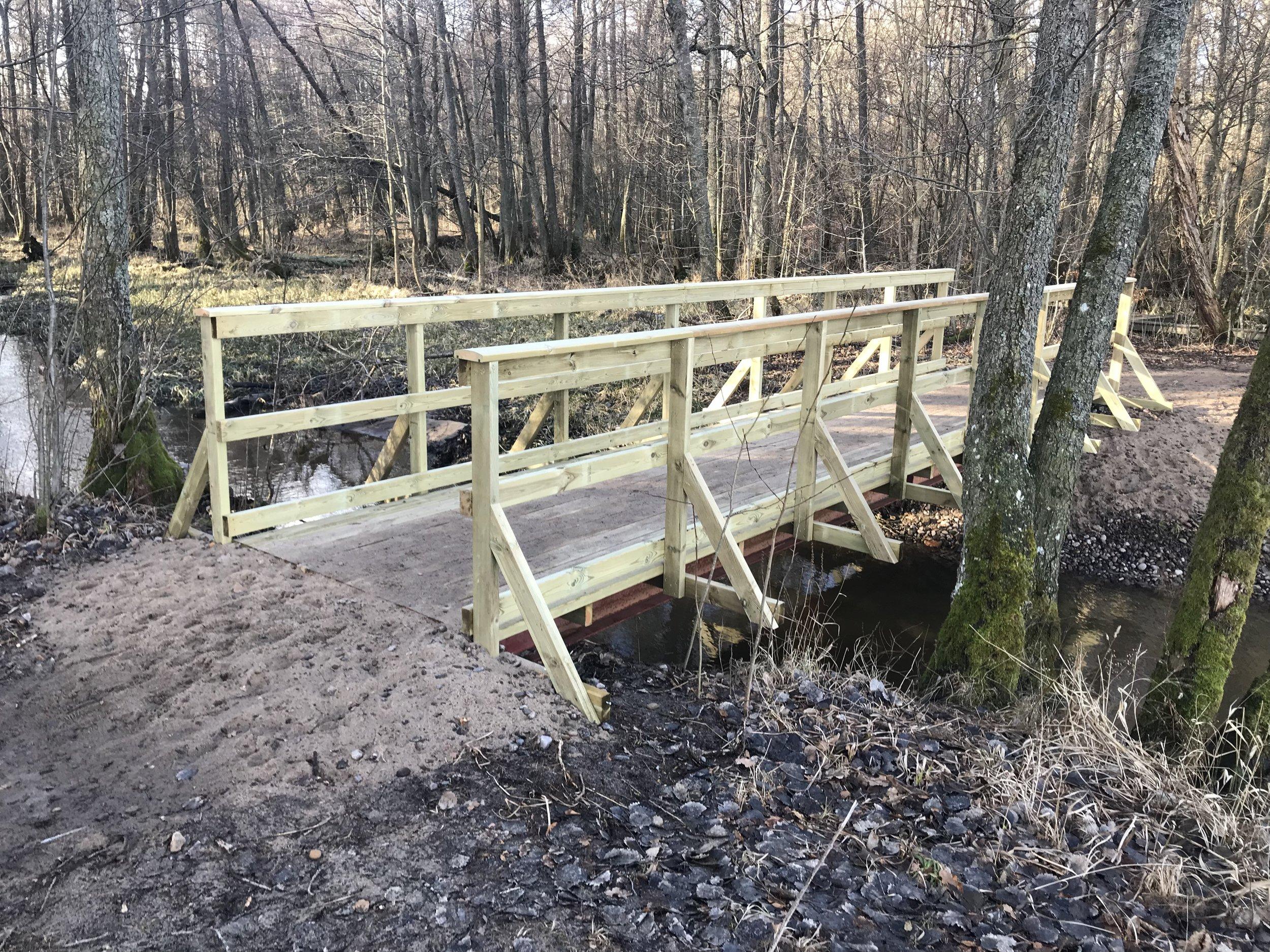 En bro som byttes ut och gjordes bredare för bättre framkomlighet.