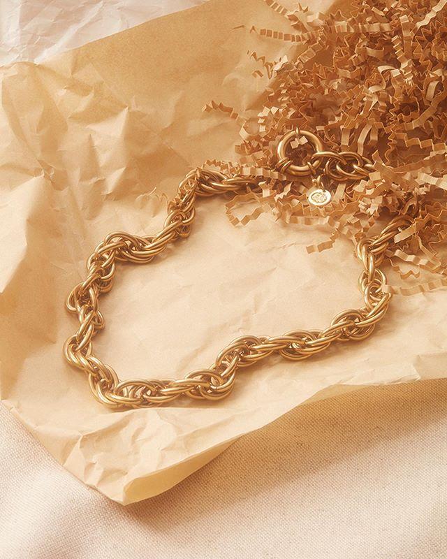 Série photo pour @adelineaffre💥 Da et set design : @juliettezakowetz  Photo : @akatrestudio . #stilllife #bijoux #jewelry #photoshoot #photography #setdesign #artwork #artdirection #brandcontent #directionartistique