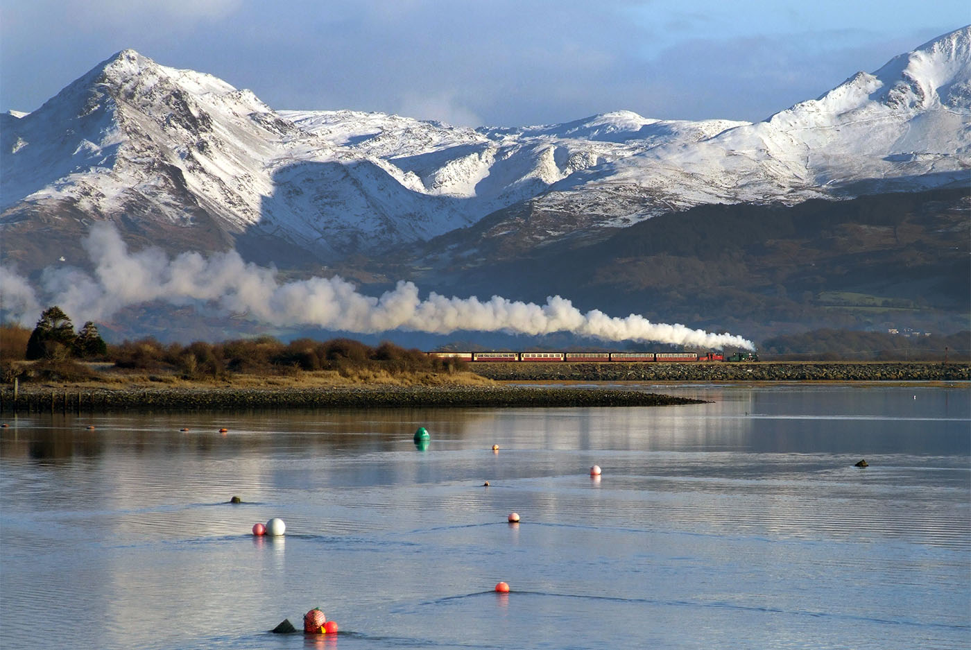 snowdonia train travelling with mountain backdrop