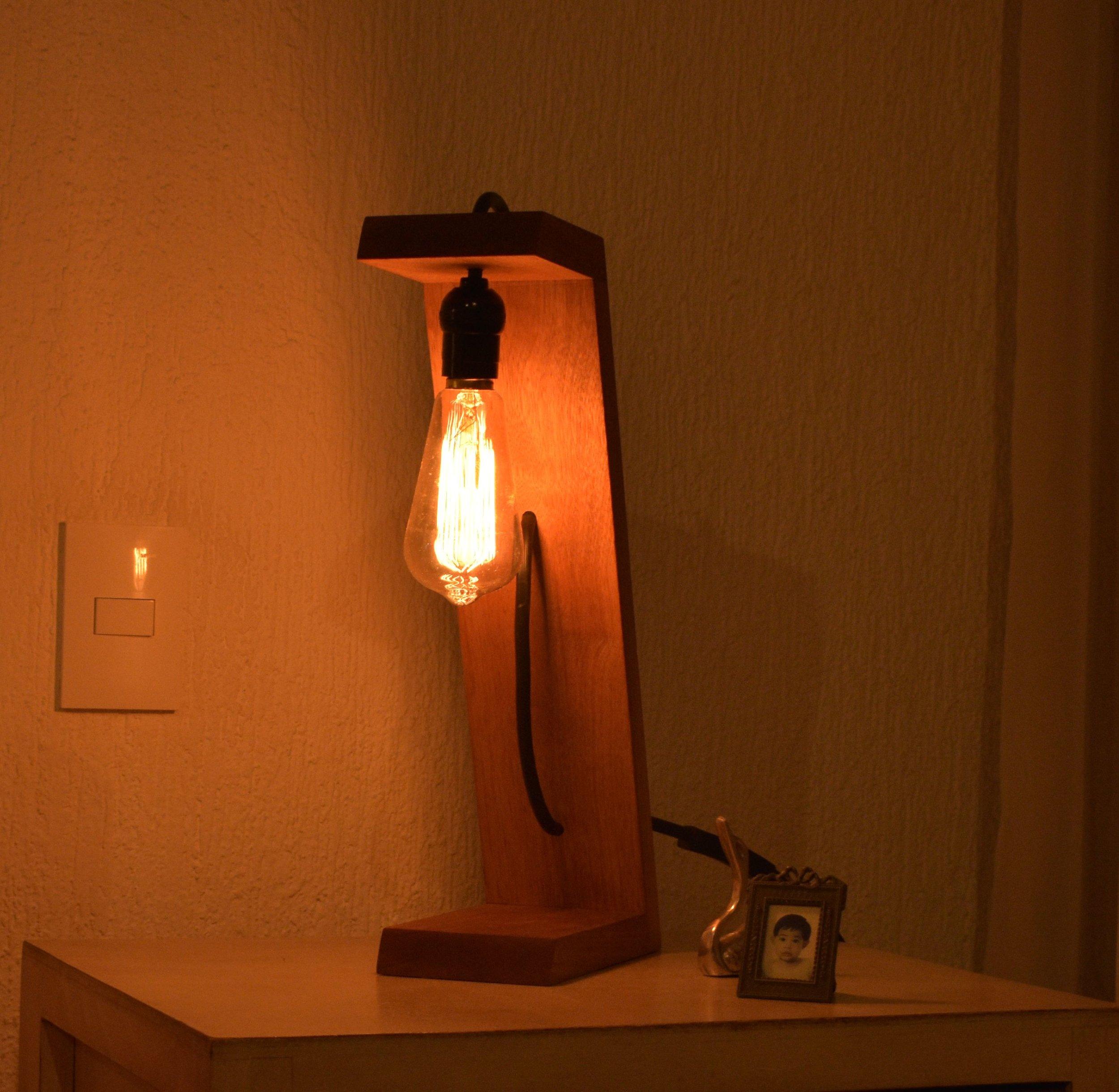 Lámpara de Madera Inclinada