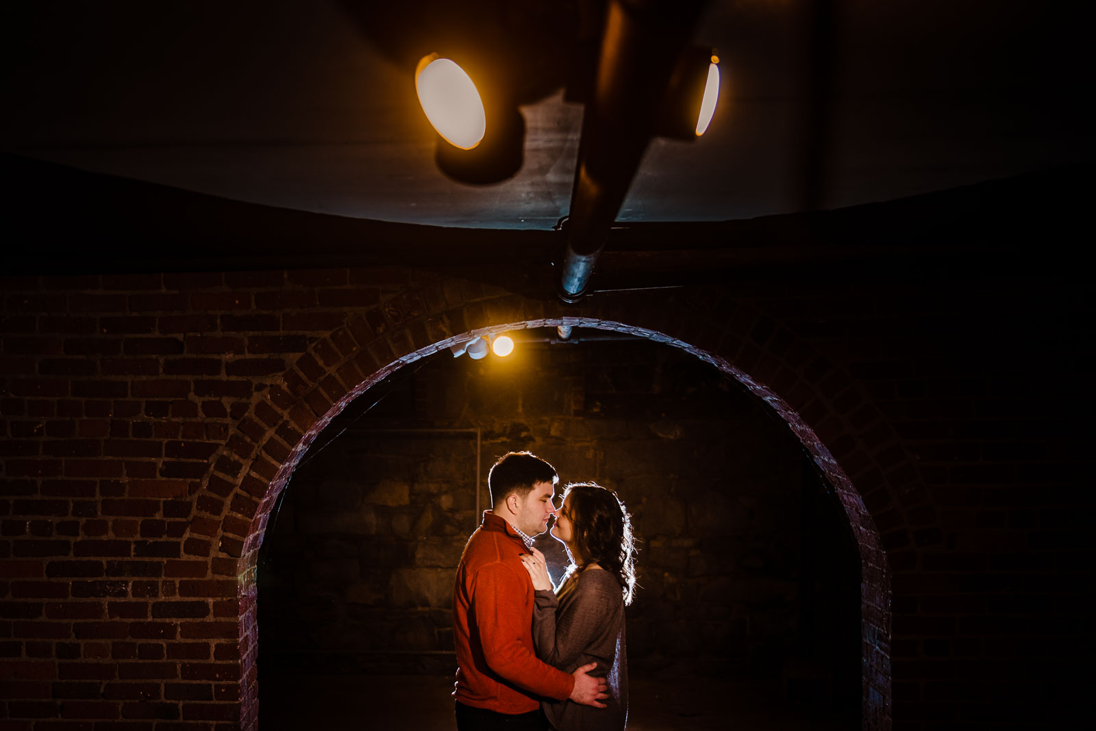 Couple's portrait inside an arch