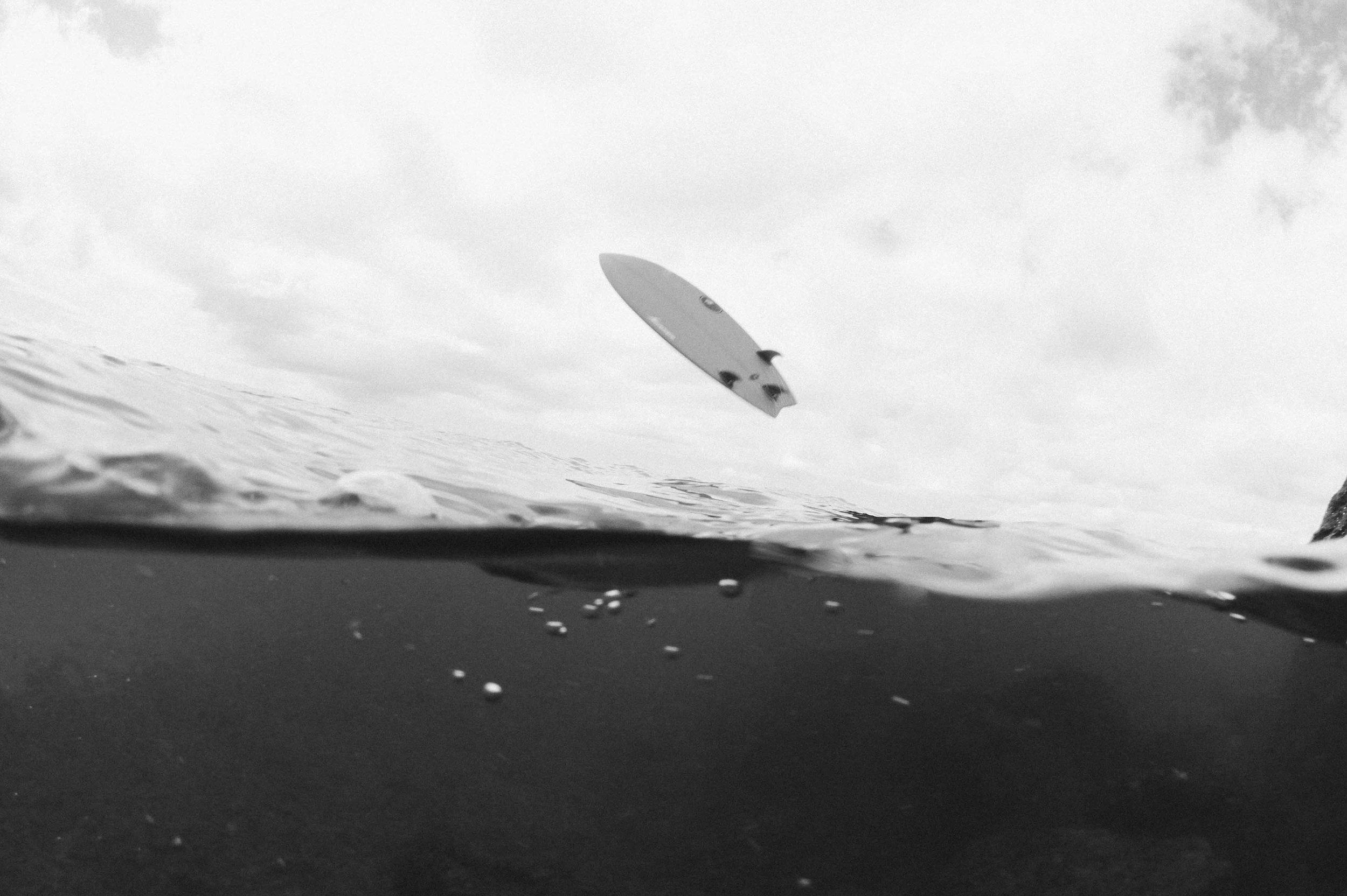 surf-board-ocean-black-white