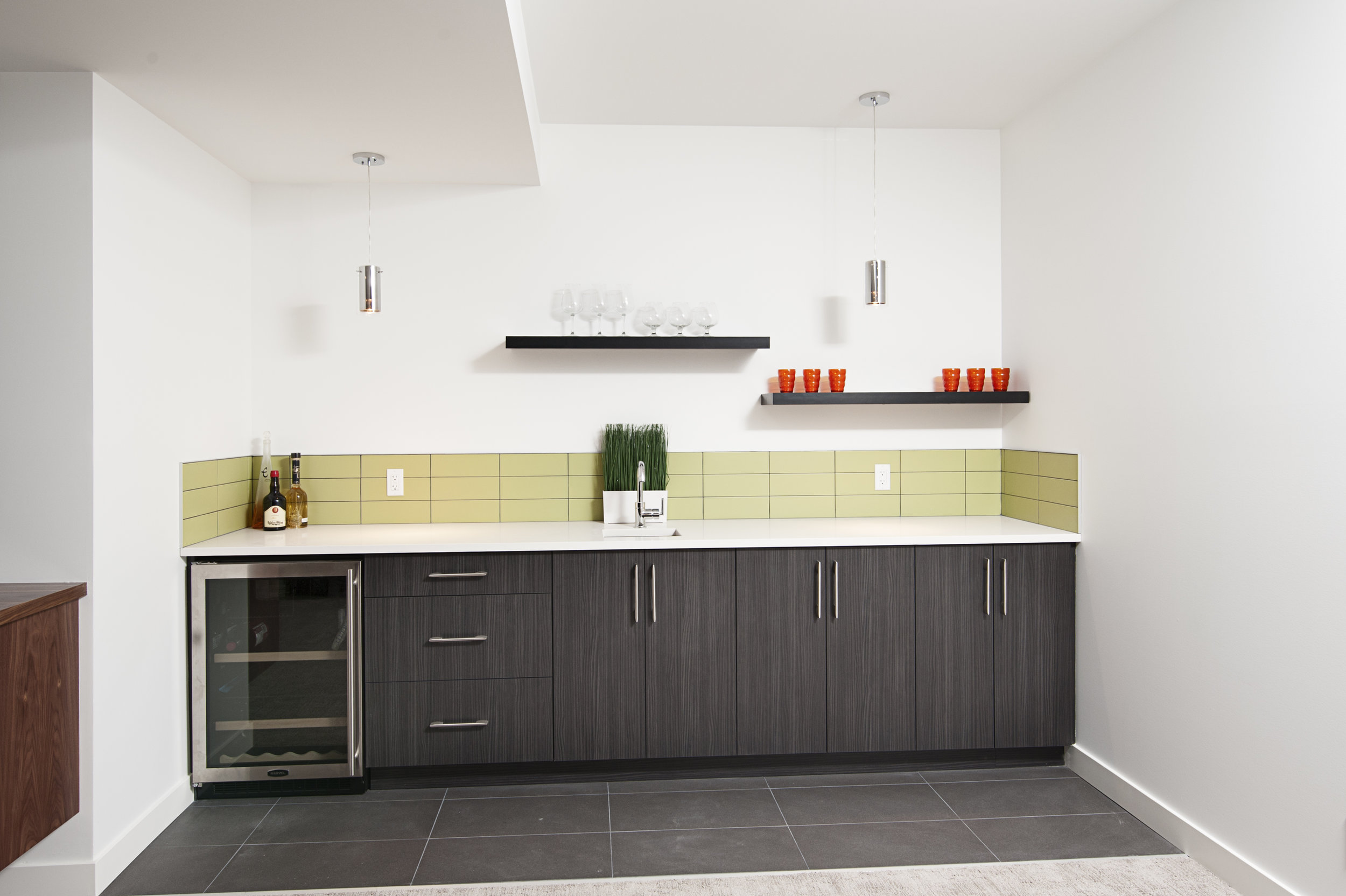 EVEN A SMALL SPACE CAN do it all with efficient cabinet storage and counter space. HERE, CONTRASTING MATERIALS AND CLEAN CABINETS GIVE A MODEST KITCHEN MAJOR POTENTIAL.