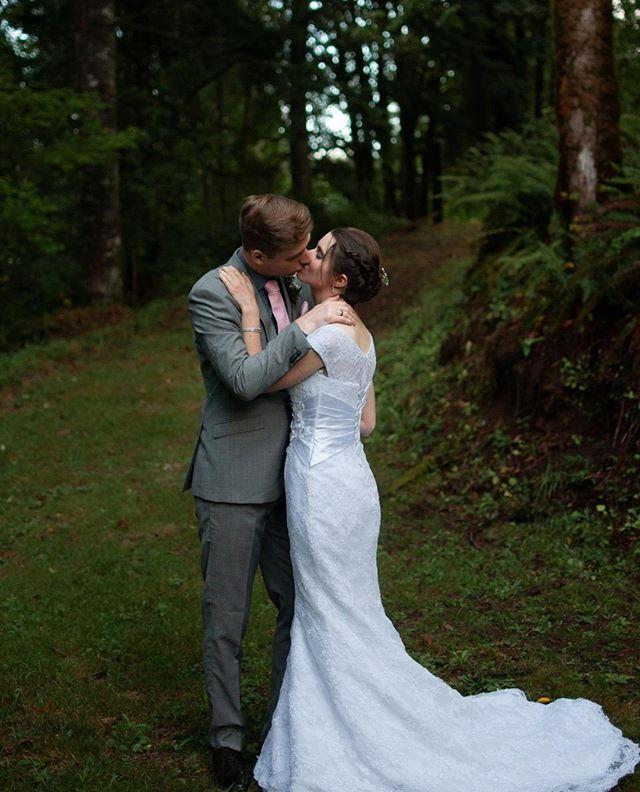 This beautiful, intimate backyard wedding got me right in the feels ❤️ Congratulations Jenna & Ruben! I love you guys.   Full Sneak peek link in profile 👉 . . . . #eugeneweddingphotographer #eugenefamilies #eugenefamilyphotographer #holdmeclose #familyphotographer #lydiaroseweddings #truthteller #embracingtheeveryday #tohaveandtohold #eugeneweddings #presentoverperfect #marryme #eugenebride #lifestylephotography #firstlook #oregonfamilyphotographer #lanecountyphotographer #embracingtheeveryday #lifeonpurpose #kiss #weddingday