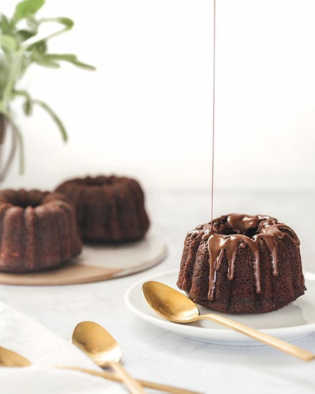 La felicidad para mi es igual al Chocolate! 🖤- . . . Chocolate and Red Wine Mini Bundt Cake 🖤- . . . . . . . . . . #seeksimplicity #simplicitypatterns #chocolate #lovechocolate #minibundtcake #bundtcakepan #nordicwarebundtcake #nordicware #cakelover  #lifestyleblogger #stylingfood #foodstyling  #colorfullfood #pastry_inspiration  #food_stories  #feedfeed #thehub_food  #fotografiaproducto  #fotografiagastronomica #estilismogastronomico #darkfoodphotography