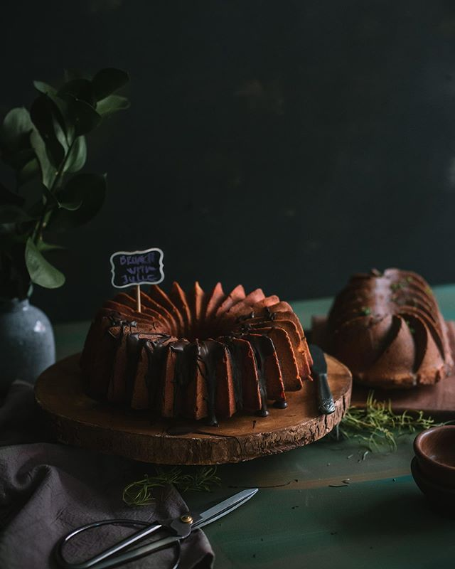 La alegria de compartir momentos, una taza de café, una torta y todas las anecdotas de los reencuentros! 🖤- . . . Two lovely bundt cakes in moody food photography! 📸- . . . . . . . . . . . #darkfoodphotography #moodyfoodphoto #seeksimplicity #bundtcakepan #bundtcake #nordicwarebundtcake #nordicware #cakelover  #lifestyleblogger #stylingfood #foodstyling  #colorfullfood #pastry_inspiration  #food_stories  #thehub_food  #fotografiaproducto  #fotografiagastronomica #estilismogastronomico #stylingfood  #darkfoodphotography