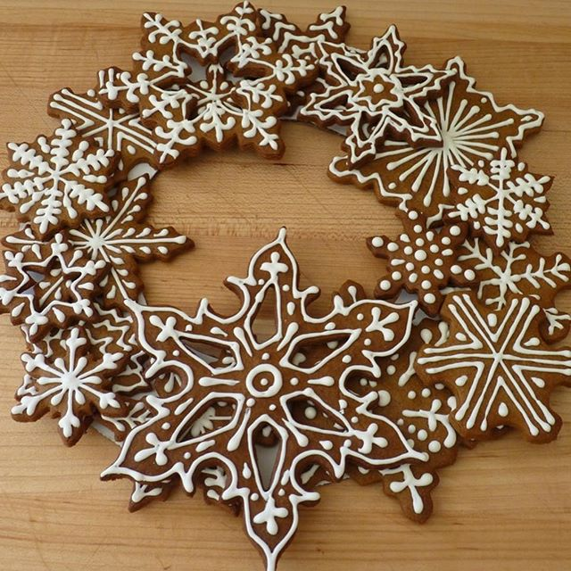It's National Cookie DAY! Swipe for a good indication for how we feel about it! Featured here: gingerbread snowflake wreath special order and custom sugar cookies.