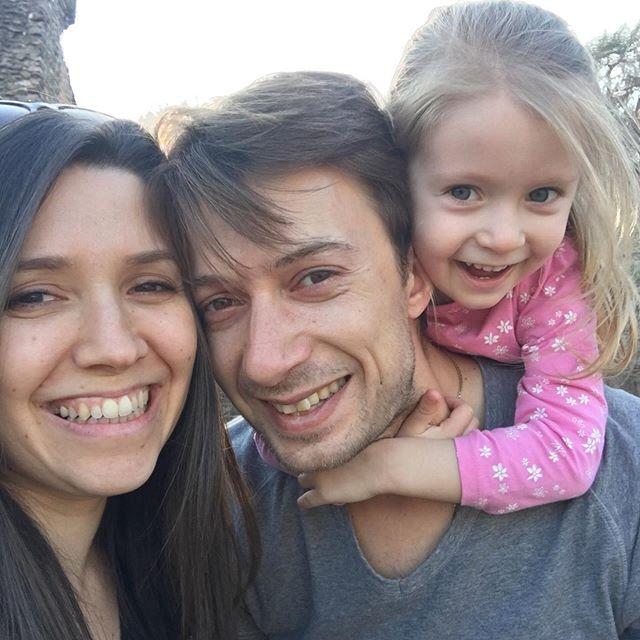 """Ils ont été à mes côtés tout ce temps et je ne sais pas où que je serai sans eux. C'est un post très perso aujourd'hui! 👨👩👧 English in comments 👨👩👧 ⠀⠀⠀⠀⠀⠀⠀⠀⠀ Ils ont été mon support inconditionnel lors de mon burnout. Ils m'ont aidé chacun à leur façon à reprendre confiance dans la vie. Il me semblait important de parler aussi de ceux qui sont derrière moi et de te les présenter... ⠀⠀⠀⠀⠀⠀⠀⠀⠀ Ivan, mon mari, et notre fille, Ana Ana avait 20 mois quand je suis tombée dans la dépression. Mais elle a compris ce qui se passait. Les enfants sont fabuleux. Ils comprennent tout et sont des vraies bulles de bonheur. Elle n'a jamais été autant câline qu'à ce moment là. C'était magique. Quant à Ivan, même si c'était dur pour lui de me voir comme ça pour la 1ère fois en 15ans, il n'a jamais baissé les bras. Mon roc! ⠀⠀⠀⠀⠀⠀⠀⠀⠀ Mon frérot Chris! Qu'est-ce qu'on s'est chamaillé petits. Mais c'est normal non? 😁 Mon coach personnel (oui un coach a aussi besoin d'un coach!!)! Toujours là pour me dire et me faire ressentir combien j'ai de la valeur et que je peux être fière de moi. Une force de la nature qui me donne envie de le croire à chaque fois! ⠀⠀⠀⠀⠀⠀⠀⠀⠀ Et ma maman. Qui ne m'a JAMAIS laissé tombée. Et qui me forçait à manger 😂 normal elle est sicilienne! Un coup de mou, et elle débarquait comme par magie. ⠀⠀⠀⠀⠀⠀⠀⠀⠀ Alors pour eux, et pour moi, j'ai fait ce qu'il fallait pour regagner ma santé physique et mentale. Et pour revenir sur le devant de la scène, encore plus forte et en pleine forme. Et je suis reconnaissante de les avoir dans ma vie. ⠀⠀⠀⠀⠀⠀⠀⠀⠀ Je ne dis pas que ma vie est """"parfaite"""". Ce n'est pas facile tous les jours car comme dans toutes les familles… on n'est pas toujours d'accord. Mais nous sommes tous là, les uns pour les autres et pour rendre cette vie meilleure. ⠀⠀⠀⠀⠀⠀⠀⠀⠀ N'oublie jamais de remercier les personnes qui t'aiment et qui sont toujours là pour toi. Et toi, qui as-tu envie de remercier aujourd'hui? 👇"""