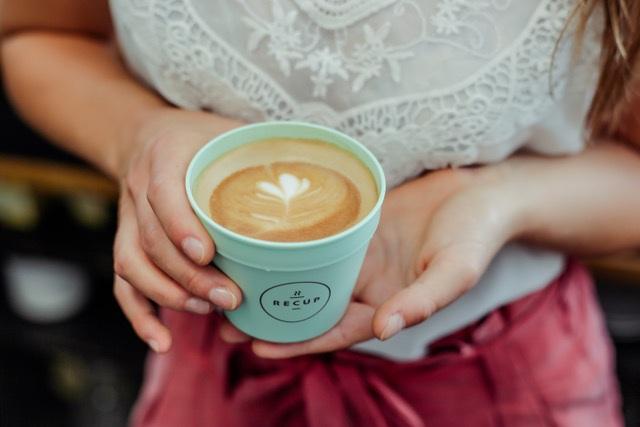 RECUP - Nachhaltiger Lifestyle – super simpel!Das Pfandsystem RECUP setzt ein Zeichen gegen den Wegwerfwahn. Als nachhaltige Alternative zum Einweg-becher, bietet das junge Unternehmen das erste deutschlandweite Pfandsystem für Coffee-to-go Mehrwegbecher: Verfügbar, bequem und einfach zu nutzen – und darüber hinaus ressourcenschonend und mit gutem Gewissen!