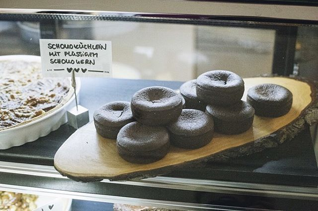 Bei @nale_natuerlichlecker gab es bei der Coffee Cologne einen himmlischen Schokotraum zum Reinlegen. Wenn ihr Lust habt auf einen fantastischen Kuchen 🍰🥧köstliche Salate🥗 und natürlich einen leckeren Kaffee ☕️ seid ihr hier richtig. Ob in der Sonne oder in den wunderschönen alten Räumlichkeiten - Genuss pur ist hier vorprogrammiert. @nale_natuerlichlecker setzen auf natürliche und leckere Zutaten. Unkompliziert, innovativ und urban. . . . . #coffeecologne #weneedcoffee #lecker #schokoküchlein #südstadt #kaffeeundkuchen #kaffezeit #natürlichlecker #genusspur #salate #imglas #nachhaltig #innovativ #gesund #kaffeeliebhaber