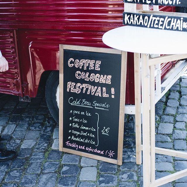 Köln ist um einen wunderschönen Kaffeetruck reicher. Wir sagen Danke an @heimathafen_coffee Truck für köstlichen Kaffeegenuss. Hier gab es fruchtig und erfrischende Cold Brew Specials, pure mit Ice, mit Tonic, Bitter Lemon, Orange & Zimt oder mit Mandelmilch. Bestimmt gibt es auch zum Sommer hin erfrischende Kaffeespecials. Es bleibt spannend! . . . #weneedcoffee #coffeecologne #lecker #heimathafen #coffeetruck #köln #kaffeezeit #kaffeehandwerk #wow #kaffeemobil #kaffeeubterwegs #tagdesgutenkaffees