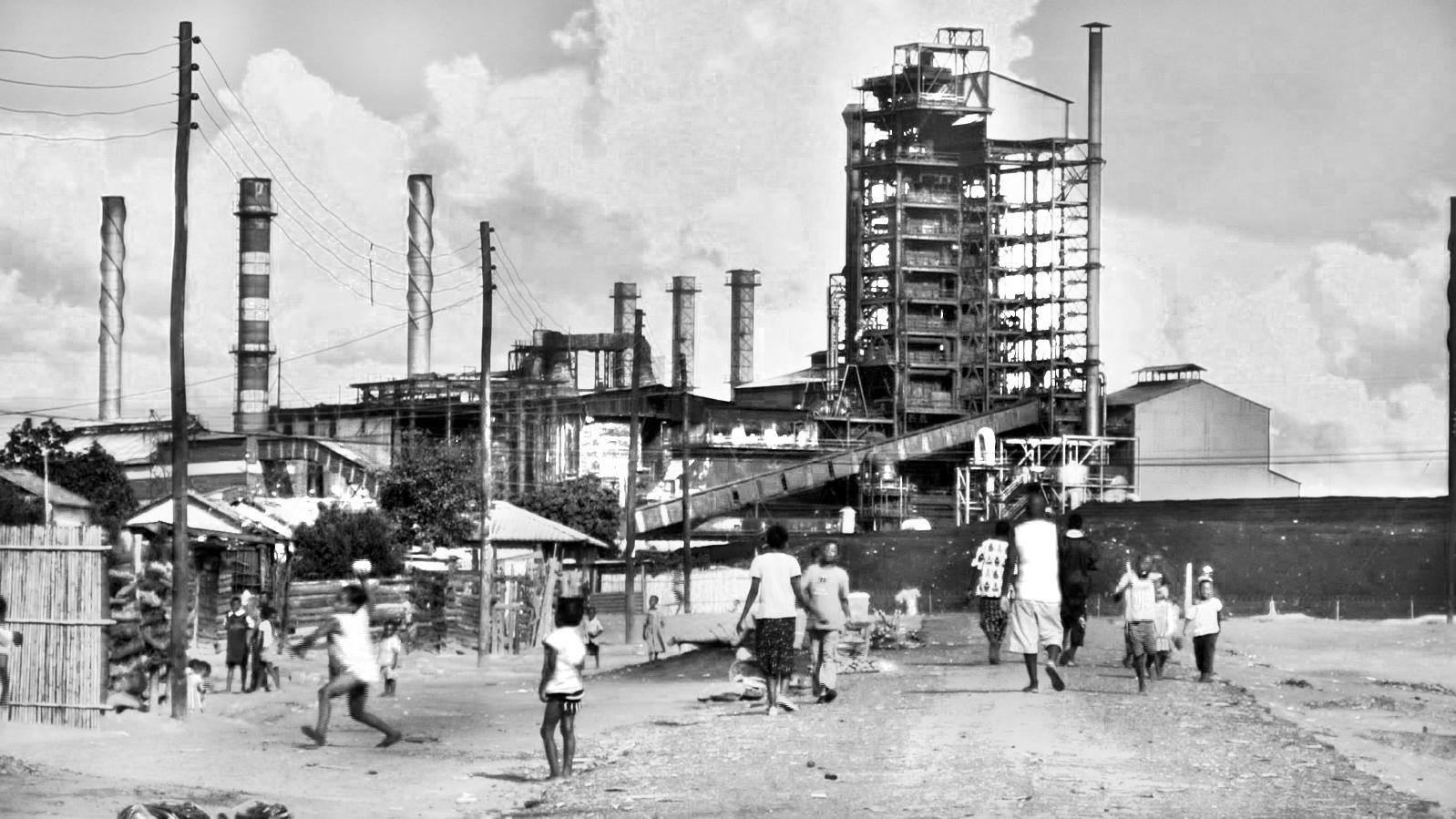 In Mufulira spielt sich der Alltag in unmittelbarer Nähe zur Kupferschmelzanlage von Glencores Tochterfirma Mopani ab. Foto: Res Gehriger