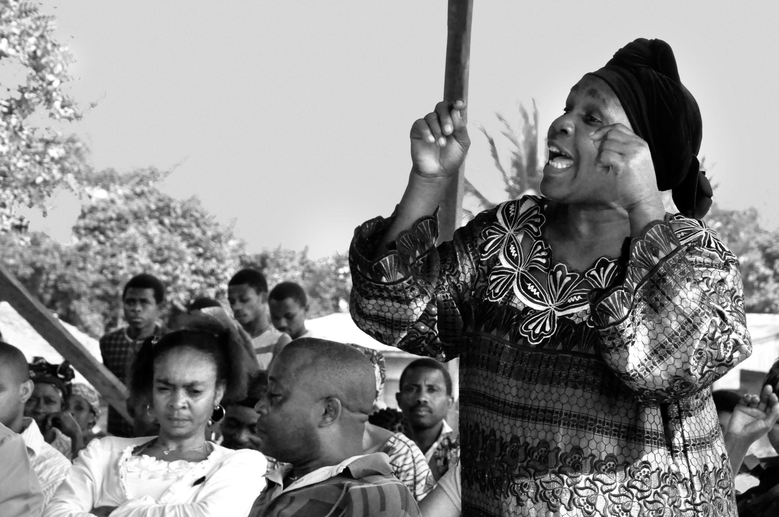 Eine Dorfbewohnerin fordert Mitbestimmung der betroffenen Bevölkerung.