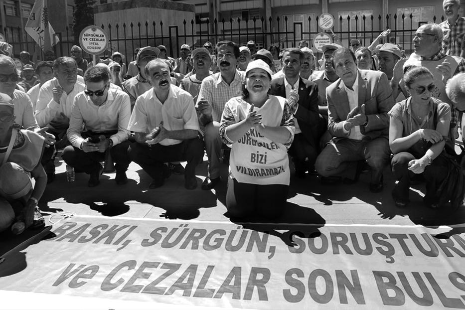 «Stopp der Hexenjagd!» Protestierende LehrerInnen vor dem Erziehungsministerium. Foto: Egitim Sen