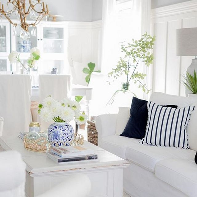 Designing a simple fresh environment is easy when you know how to combine the right elements! Would you like to know how?⠀⠀⠀⠀⠀⠀⠀⠀⠀ #interiordesign #fengshui #homedesign #interiordesigner  #style #inspiration #interiorstyling #homesweethome #love #coffeetable  #flowers #soulfuldesign #photography #luxurylifestyle #living #purposeful #miamiinteriorstylist