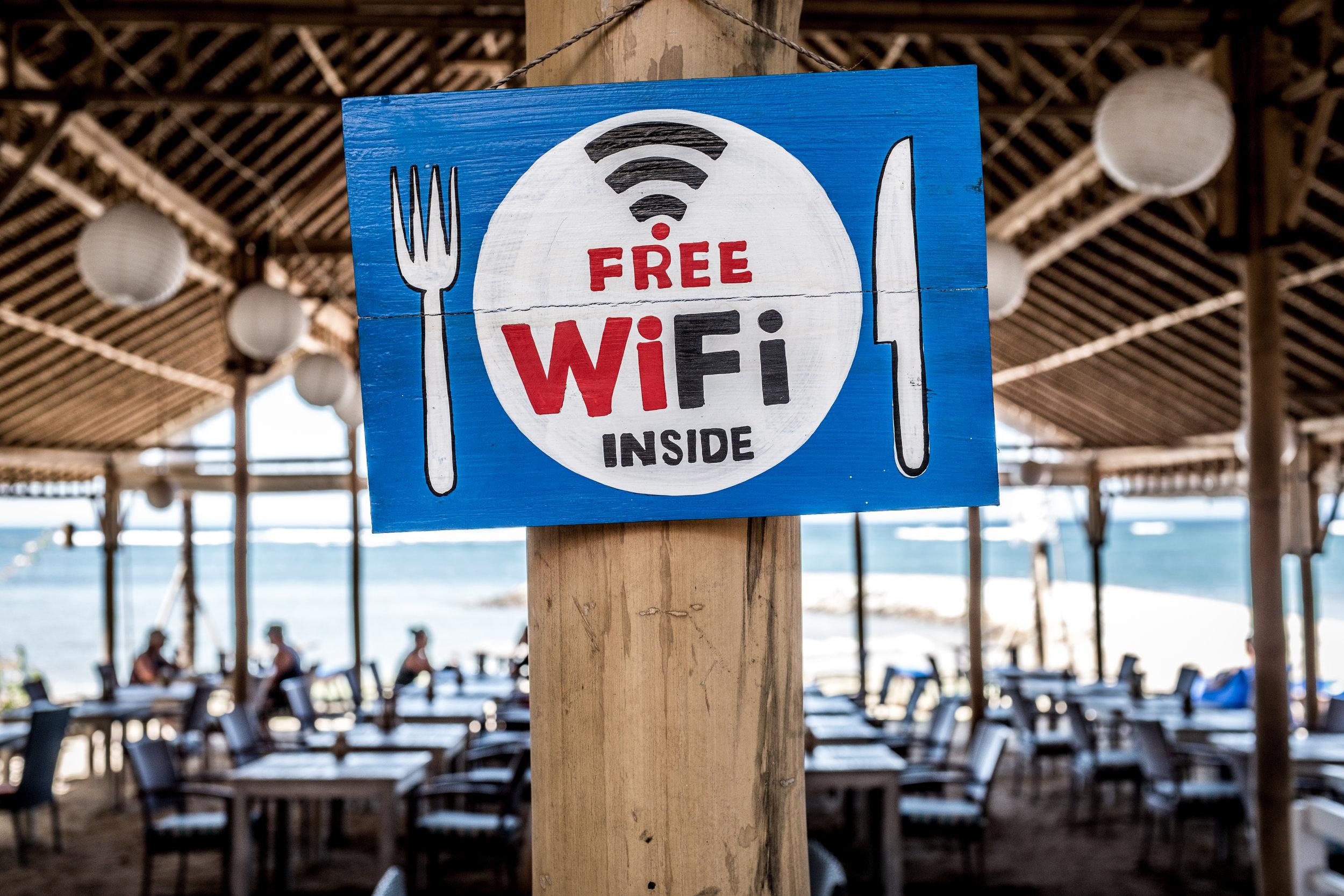WiFi Gratis - Contrario a lo que muchos piensan, hoy en día en la mayoría de los destinos del Mundo es muy fácil conseguir acceso gratuto al internet. Desde hoteles, hostales y airbnbs hasta restaurantes y cafés todos compiten por atraer los turistas y nada mejor que ofrecer free wifi. Si quieres desconectarte un poco en tu viaje, esta puede ser la solución.