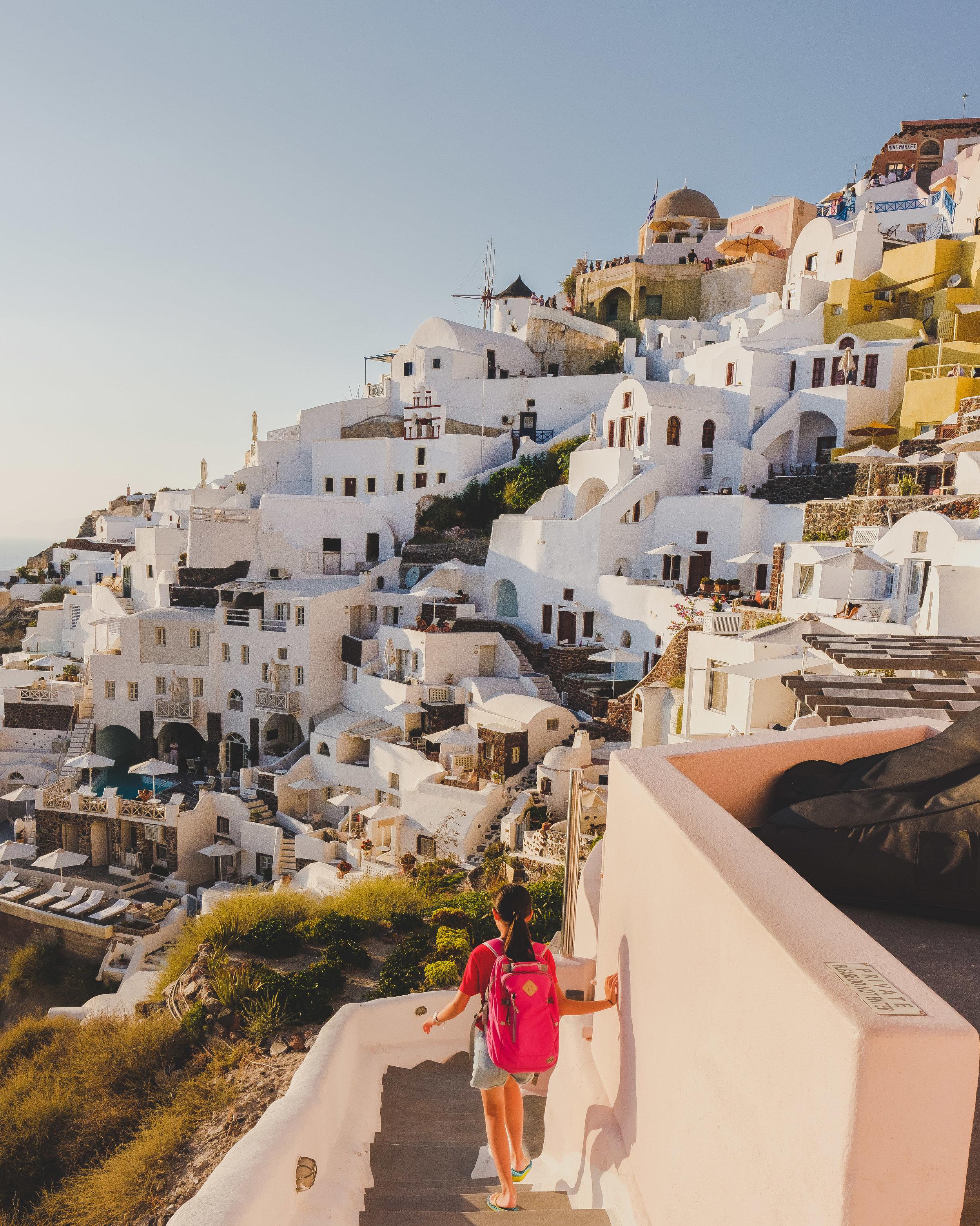 Grecia - Más allá de Santorini y Mykonos, este país tiene su encanto y por mucho menor costo. Sí, ve a Santorini, pero no olvides visitar Creta, Atenas, Tesalónica, Meteora y Corfú. En Navagio Beach, querrás quedarte eternamente. Su gastronomía única hará que cada cena sea una experiancia que atesorarás en tus más lindos recuerdos. Si escoges la temporada correcta, puedes pasarla súper sin gastar una fortuna (evita los meses de julio-agosto). Este destino es excelente si quiere reconectar con tu pareja o simplemente hablar de sueños futuros.