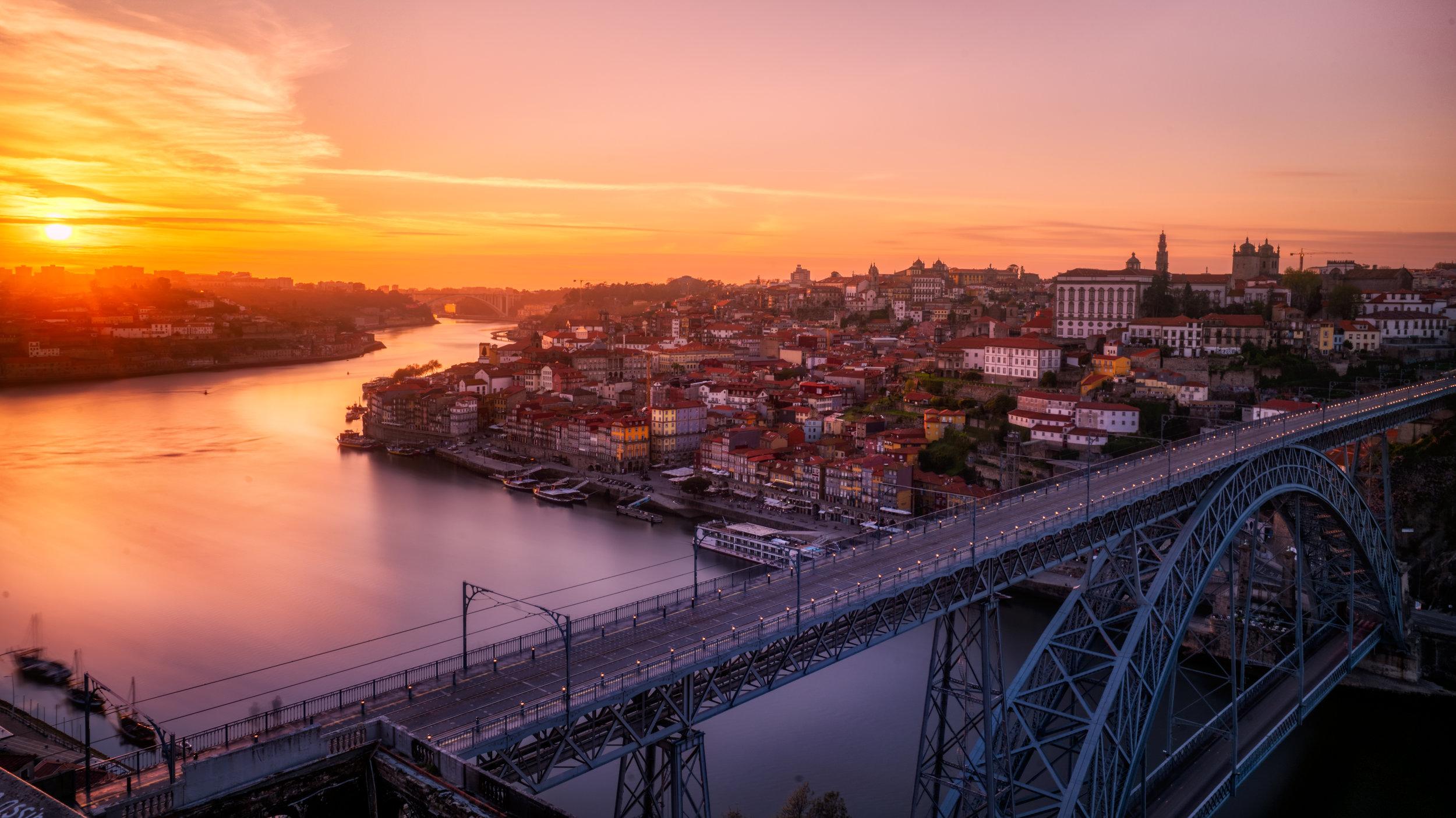 Portugal - Uno de los países más hermosos de todo Europa. Portugal es un tesoro escondido para un viaje romántico. Aquí tendrás todo en uno: playas, cultura, gastronomía de primer orden mundial, viñedos, pero sobre todo muchas energías positivas. La cultura portuguesa es una muy relax, lo que facilitará tus vacaciones. Portugal es entre un 20%-40% más económico que la mayoría de los países de Europa Occidental, lo que hará que tengas uno de los mejores viajes de tu vida por una fracción de dinero que otros. Destino recomendado si estás buscando un lugar muy íntimo y aventurero a la misma vez.