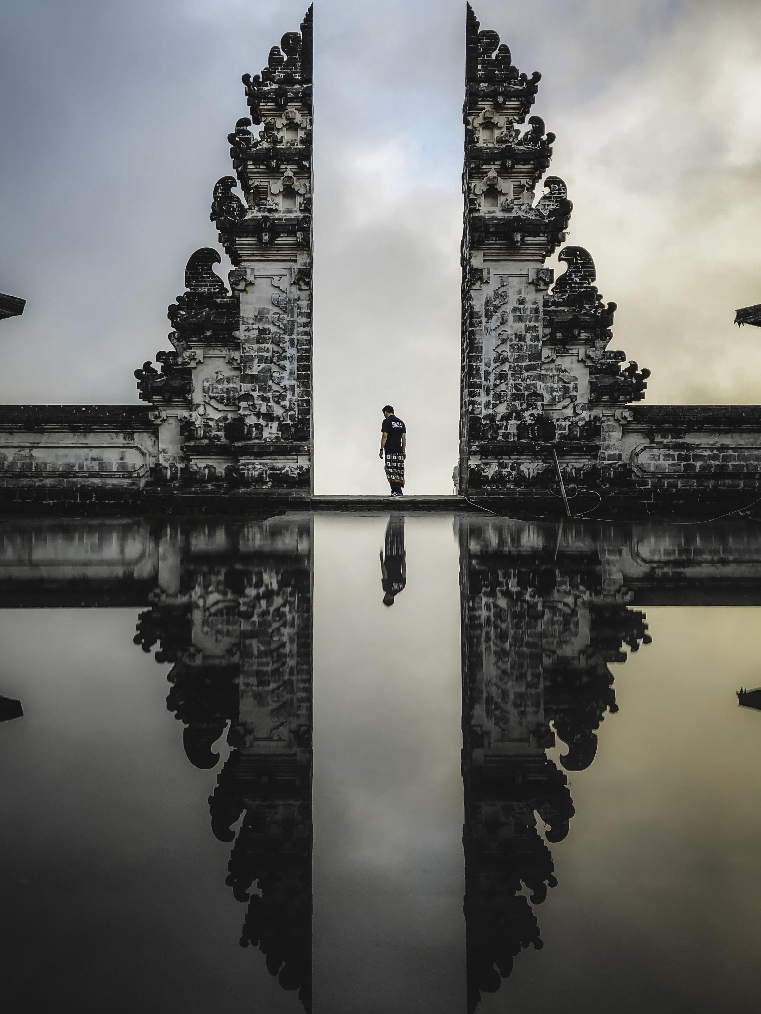 Bali, Indonesia - Muy pocos destinos en el Mundo destilan la energía y la mágia que destila Bali. Esta isla es un paraíso lleno de casacadas, volcanes, playas increíbles, terrazas de arroz y templos hindúes por todos lados. Aquí tu pareja y tú podrán pasarla súper con un presupuesto diario de $50 USD o menos (incluyendo el costo del hotel). Desde hoteles con vistas que parecen sacadas de una postal hasta alquilar una moto y perderse en la belleza natural y exótica de este paraiso. Bali le regalará a tu relación un tiempo de aventura como nunca antes habían tenido. Porbablemente, de que aquí no solo se llevarán los mejores recuerdos, sino también las mejores fotos.