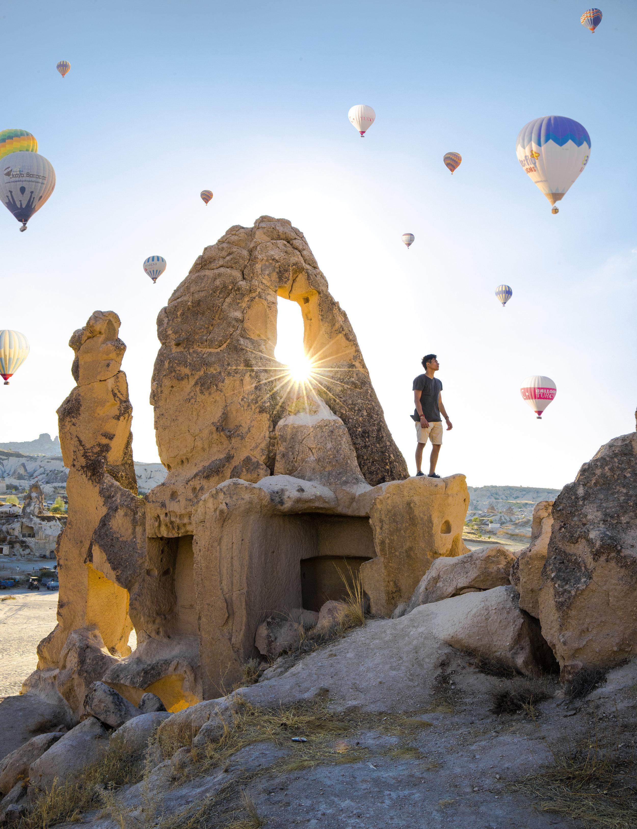 Turquía - Muy pocos países en el Mundo cuentan con tanta cultura en un solo lugar como lo tiene Turquía. Desde la electrizante Estambul, una ciudad que nunca duerme. Hasta un viaje en globo por Cappadocia, que les regalará a ambos un momento único. Turquía lo tiene todo en un solo país. Explora Estambul con el corazón abierto. Esta ciudad, muy barata, será un parada excepcional para la aventura. Luego escápate a Cappadocia y Pamukkale, aquí podrás dejar fluir el romanticismo y aprovechar y tomar tiempo para dejarle saber a tu pareja cuán importante es tu relación y cuánto estás dispueto a luchar por ella.