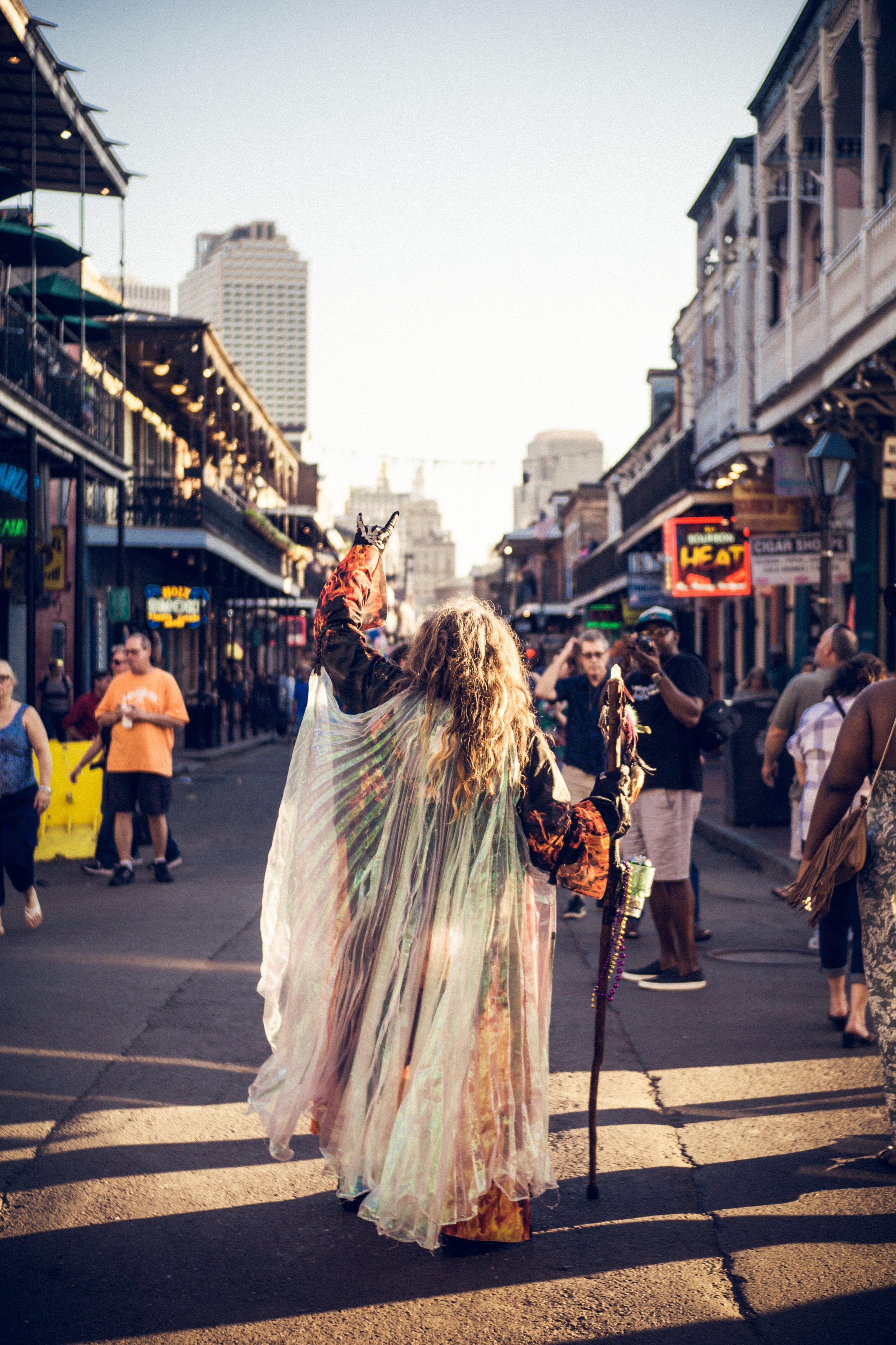 New Orleans - ¿Necesitan un viaje de emergencia sin mucho presupuesto o planificación? New Orleans es el destino para ti y tú pareja. Una ciudad con muchísimo que ofrecer y fácil de llegar. Si eres ciudadano estadounidense no necesitarás pasaporte para viajar a ella. Aquí podrán pasar un weekend espectacular disfrutando de sus barrios bohemios y su nuevos distristos hipsters que han convertido a esta ciudad en todo un tesoro al sur de los Estados Unidos. El costo promedio de hacer turismo en New Orleans en 35% más económico de en Miami, New York o Washington DC. Si están buscando una opción para darle cariñito a esa relación, sin mucha complejidad de logística y ahorrando dinero, New Orleans es una opción.