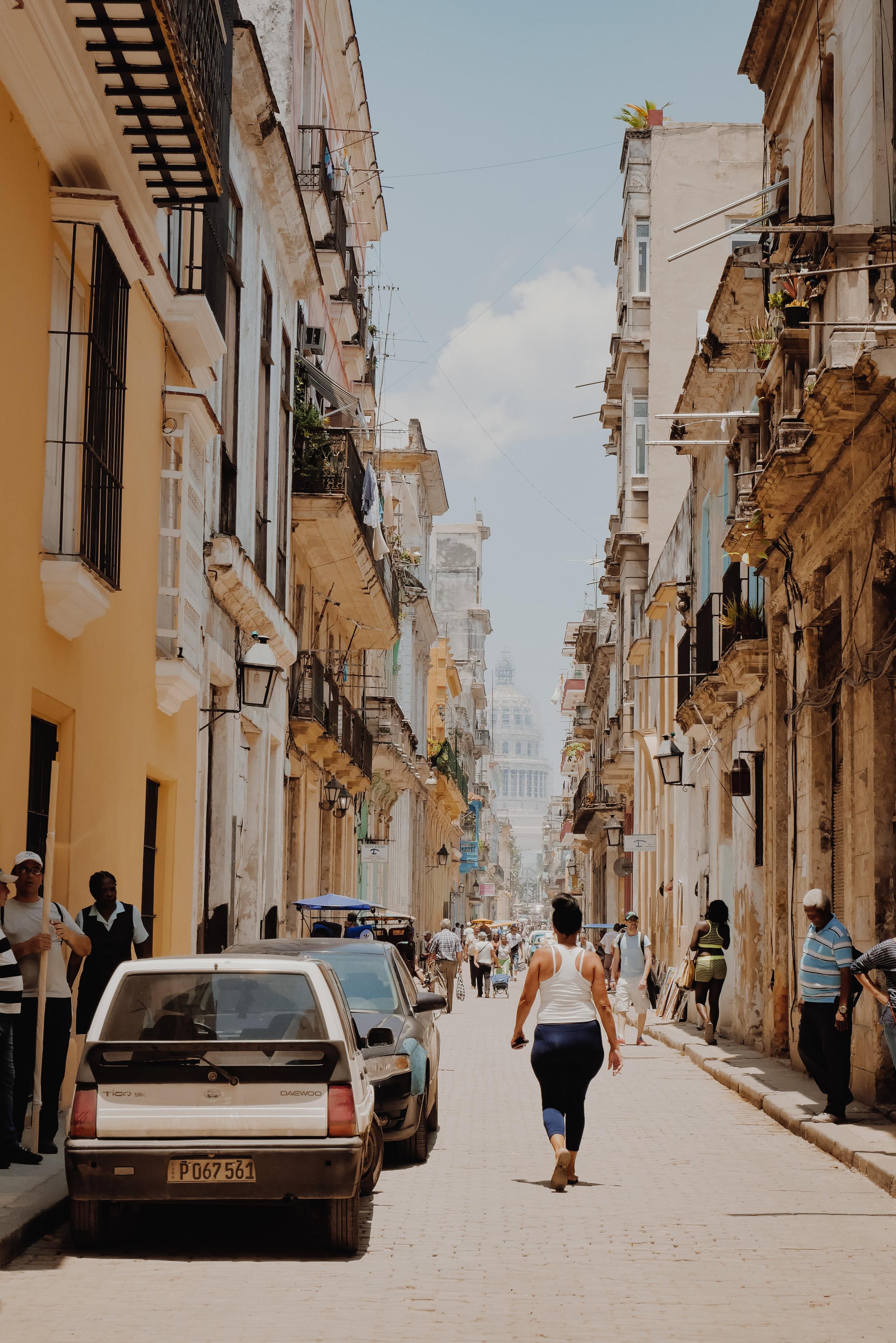 """Cuba - Contrario a lo que se rumora, Cuba puede ser un destino sumamente económico y espectacular. Cosas que te ayudarán a ahorrar, lleva euros en lugar de dólares para el cambio. Quédate en hogares o """"propiedades de residentes"""", esto te va a permitir un ahorro de hasta 85% si comparas con hoteles. La comida en Cuba es muy barata si escoges bien la zona."""