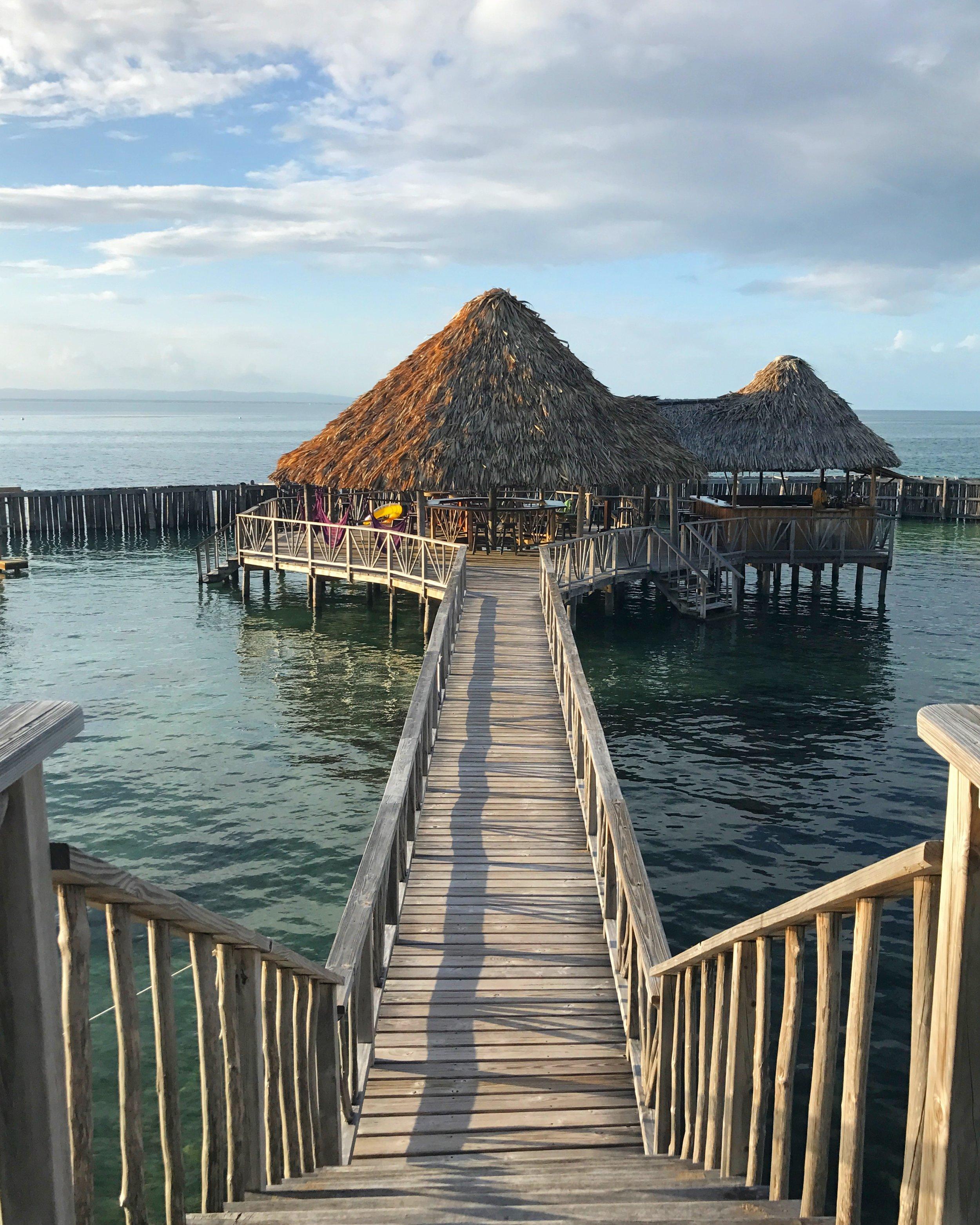 Belize - Si eres amante del mar, este es el destino que tienes que añadir en tu agenda. Con opciones de hospedajes muy baratas fuera de los hoteles, Belize es probablemente el destino más caribeño que en esencia puedas visitar de todo Centroamérica. El país y su identidad giran en torno al hermoso Mar Caribe que lo rodea. Aquí podrás hacer actividades con snorkeling y buceo por precios muy baratos. Evitar los puertos a donde llegan los cruceros te ahorrará hasta un 50% del costo de hospedajes, comida y actividades.