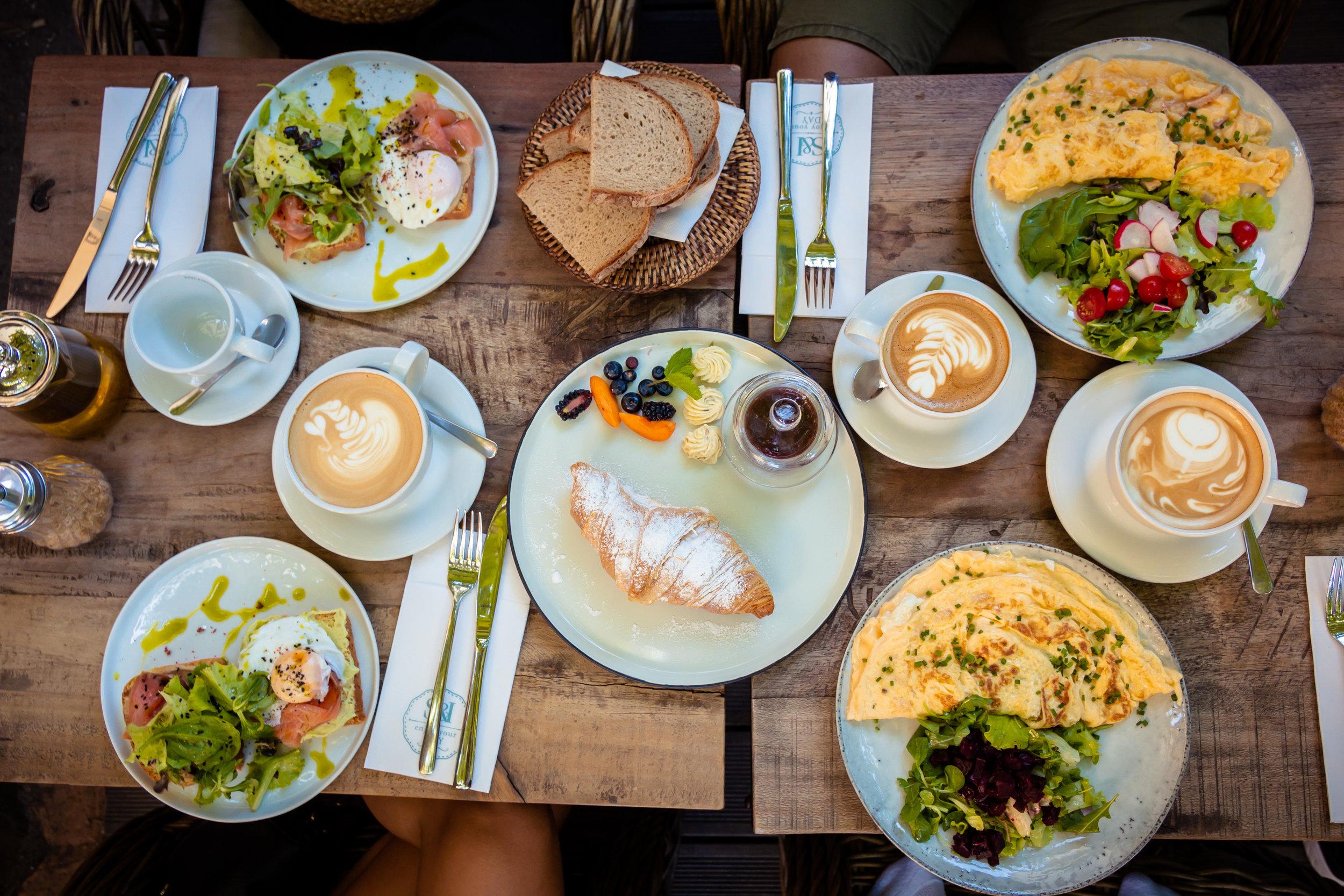 Desayuno Incluido - Busca hospedajes u hoteles que incluyan el desayuno. Esto es un ahorro diario y dinero que podrás utilizar para la cena o almuerzo. Por ejemplo, una familia de 5 puede ahorrar $60 diarios al buscar un hotel con desayuno incluido.